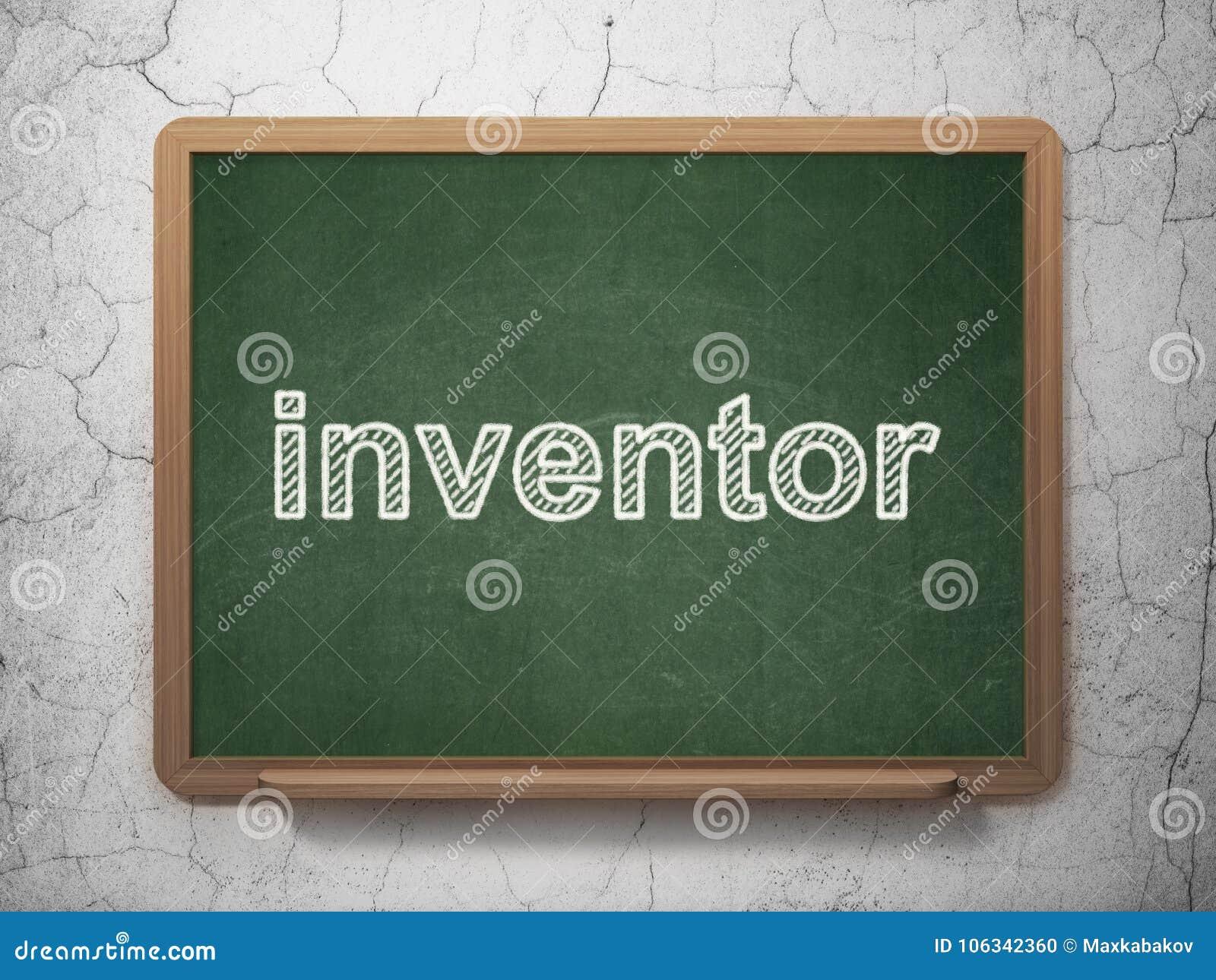 Concepto de la ciencia: Inventor en fondo de la pizarra