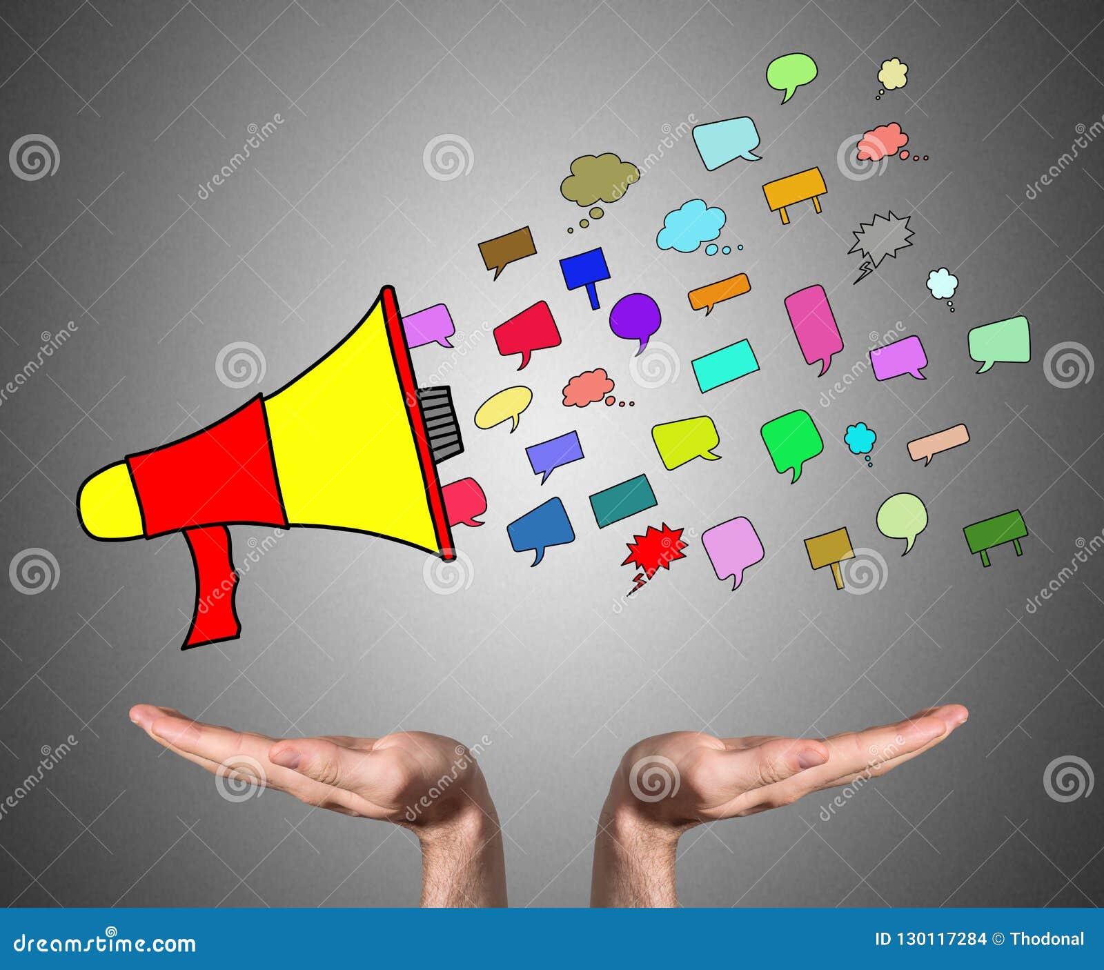 Concepto de la comunicación continuo por las manos abiertas
