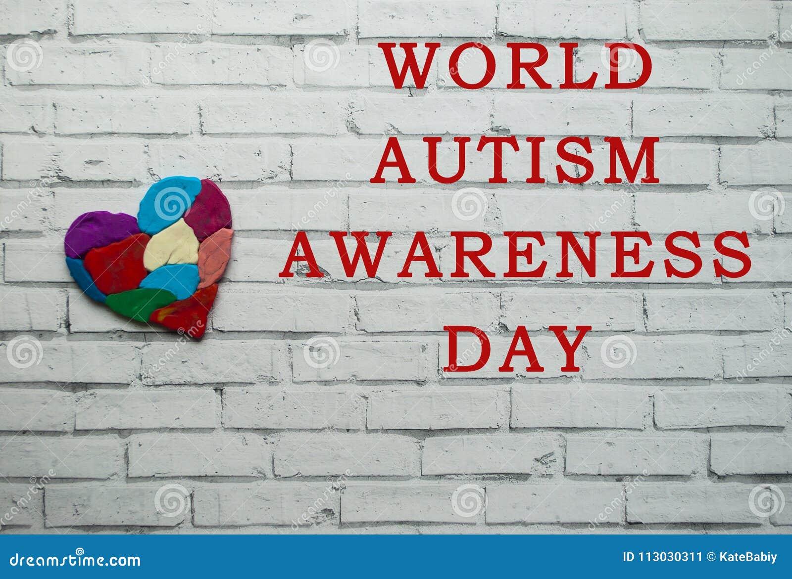 Concepto de la conciencia del autismo con el corazón de pedazos coloridos