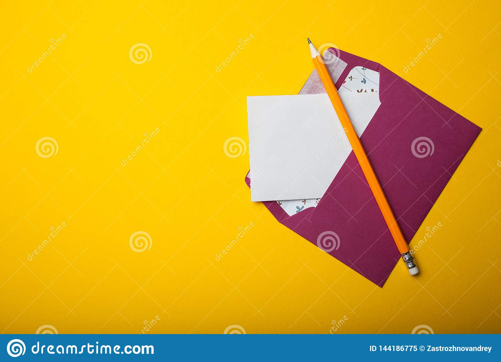 Concepto de la correspondencia escrita, letra en un fondo amarillo Espacio vac?o para el texto