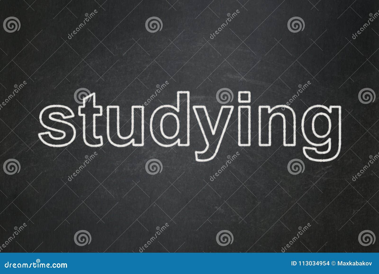 Concepto de la educación: El estudiar en fondo de la pizarra