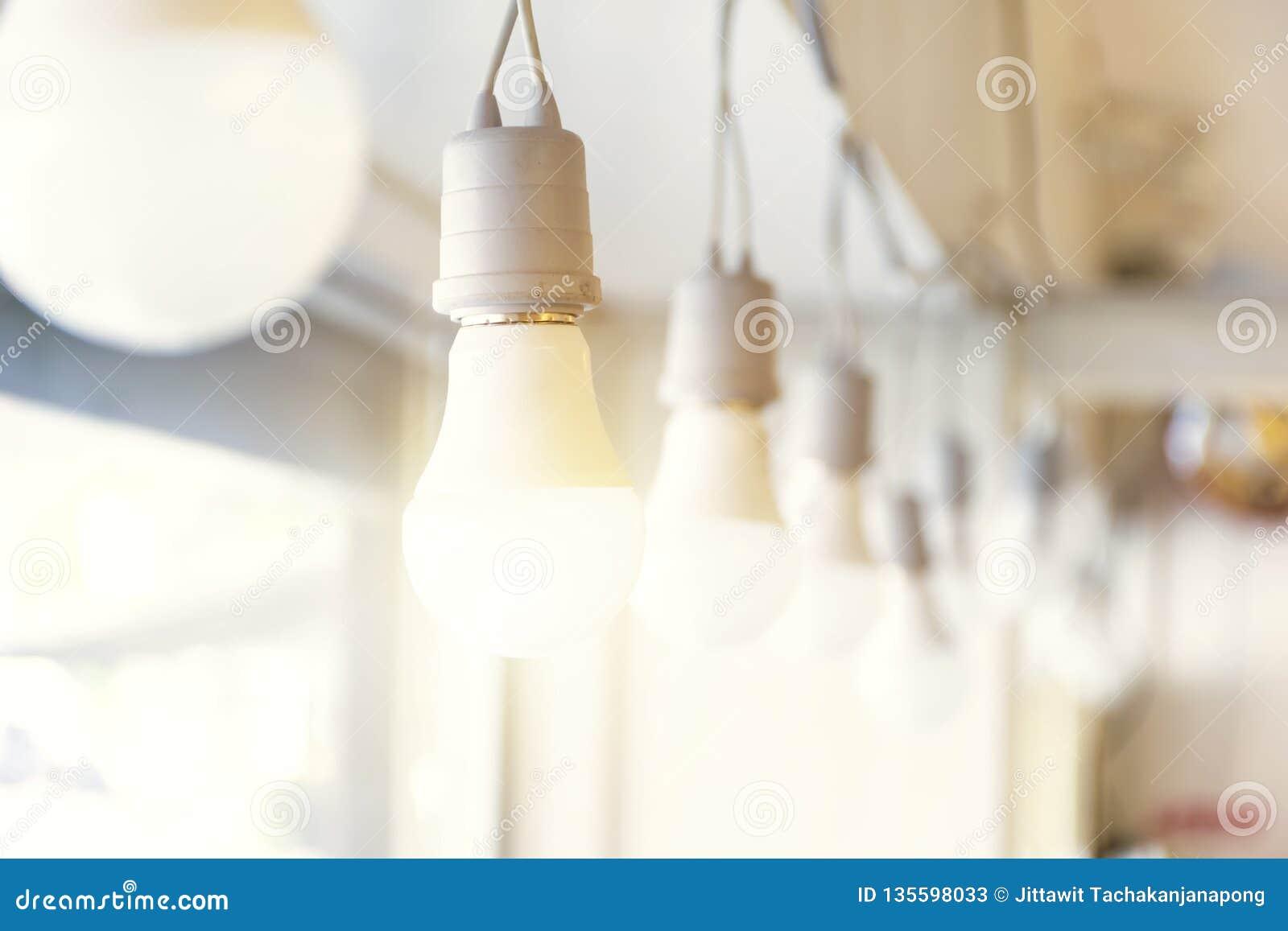 4df6bdbd49 Concepto de la energía La iluminación es qué hombre quiere La bombilla es  qué nos da ligeros Reflejado con el sol hasta el fenómeno del resplandor  Instalado ...
