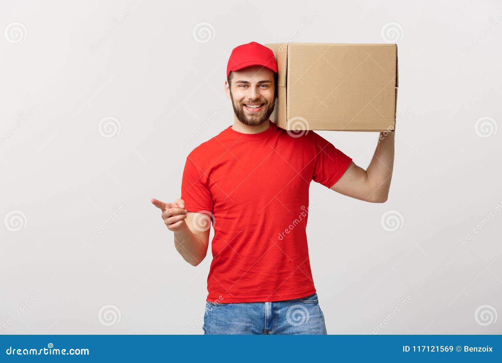 Concepto de la entrega - retrato del hombre de entrega caucásico feliz que señala la mano para presentar un paquete de la caja Ai