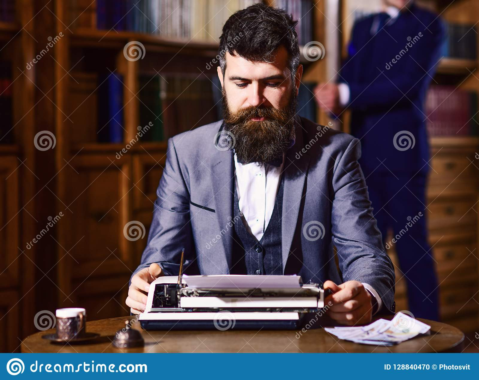 Concepto de la escritura y de la literatura Escritor que trabaja en el nuevo libro