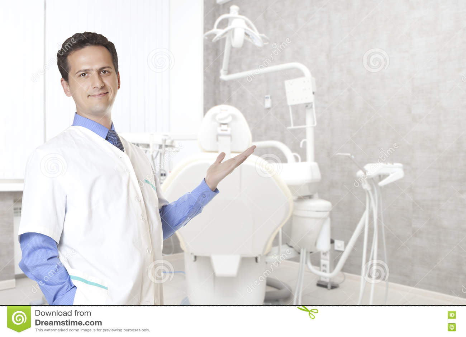 Concepto de la estomatología - dentista de sexo masculino feliz en la oficina dental de la clínica