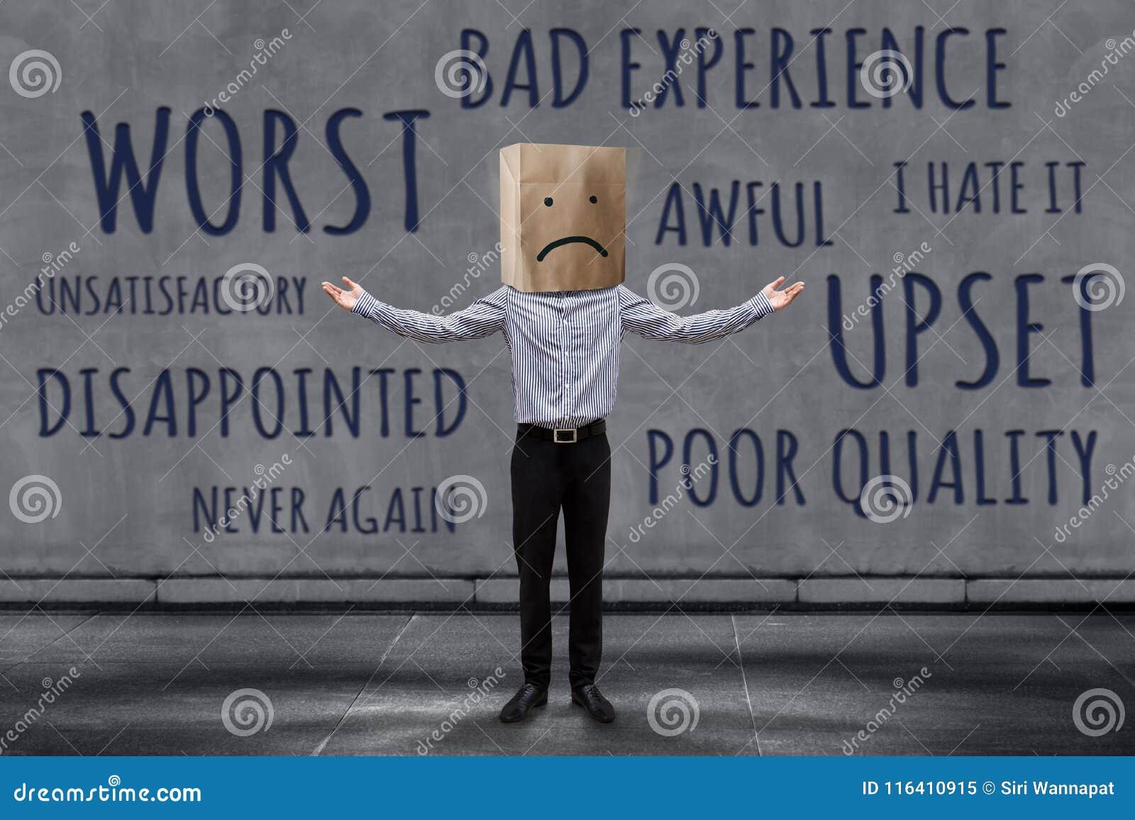 Concepto de la experiencia del cliente, hombre de negocios infeliz Client con triste