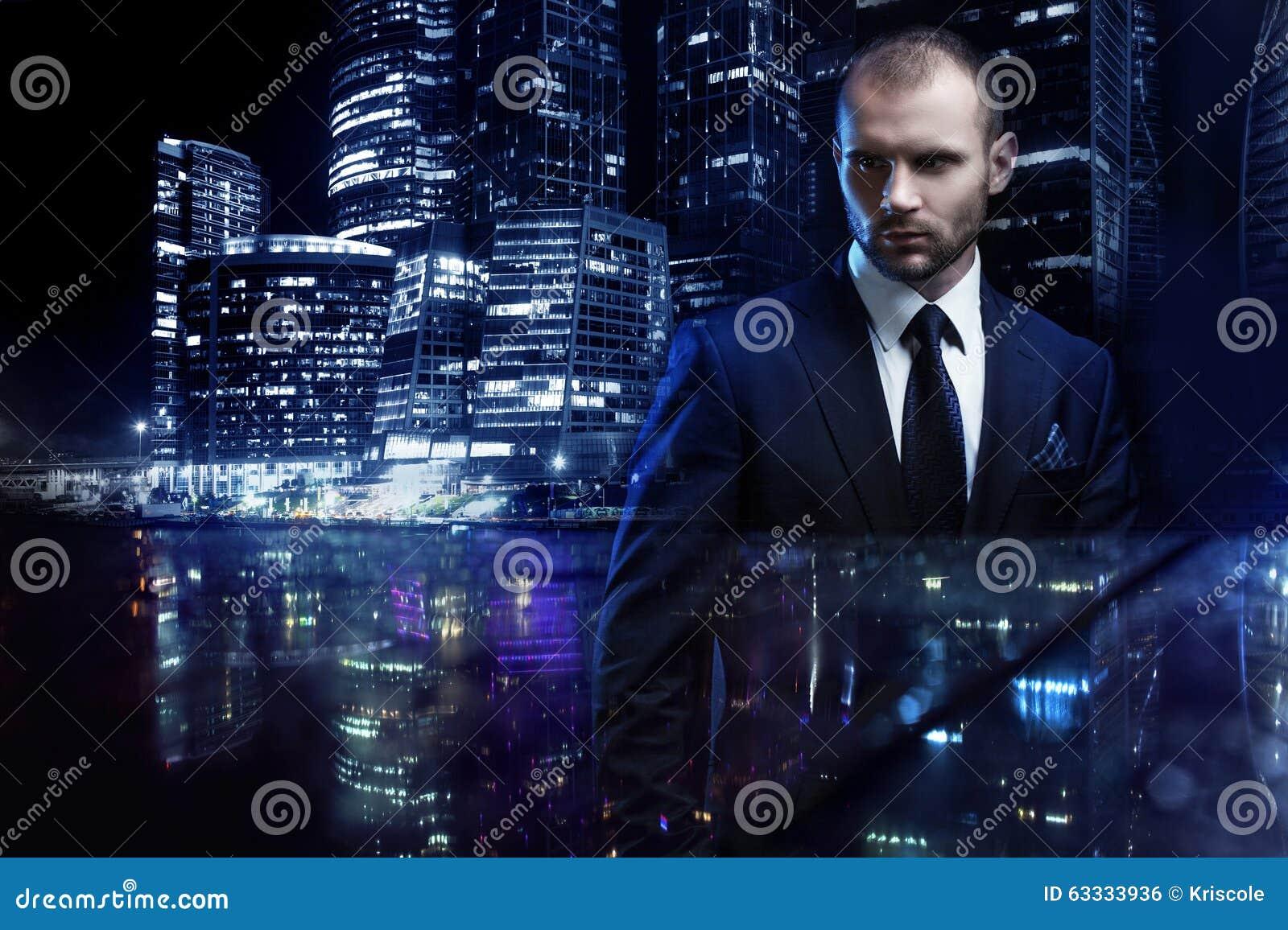 Concepto de la exposición doble, hombre serio en un negocio