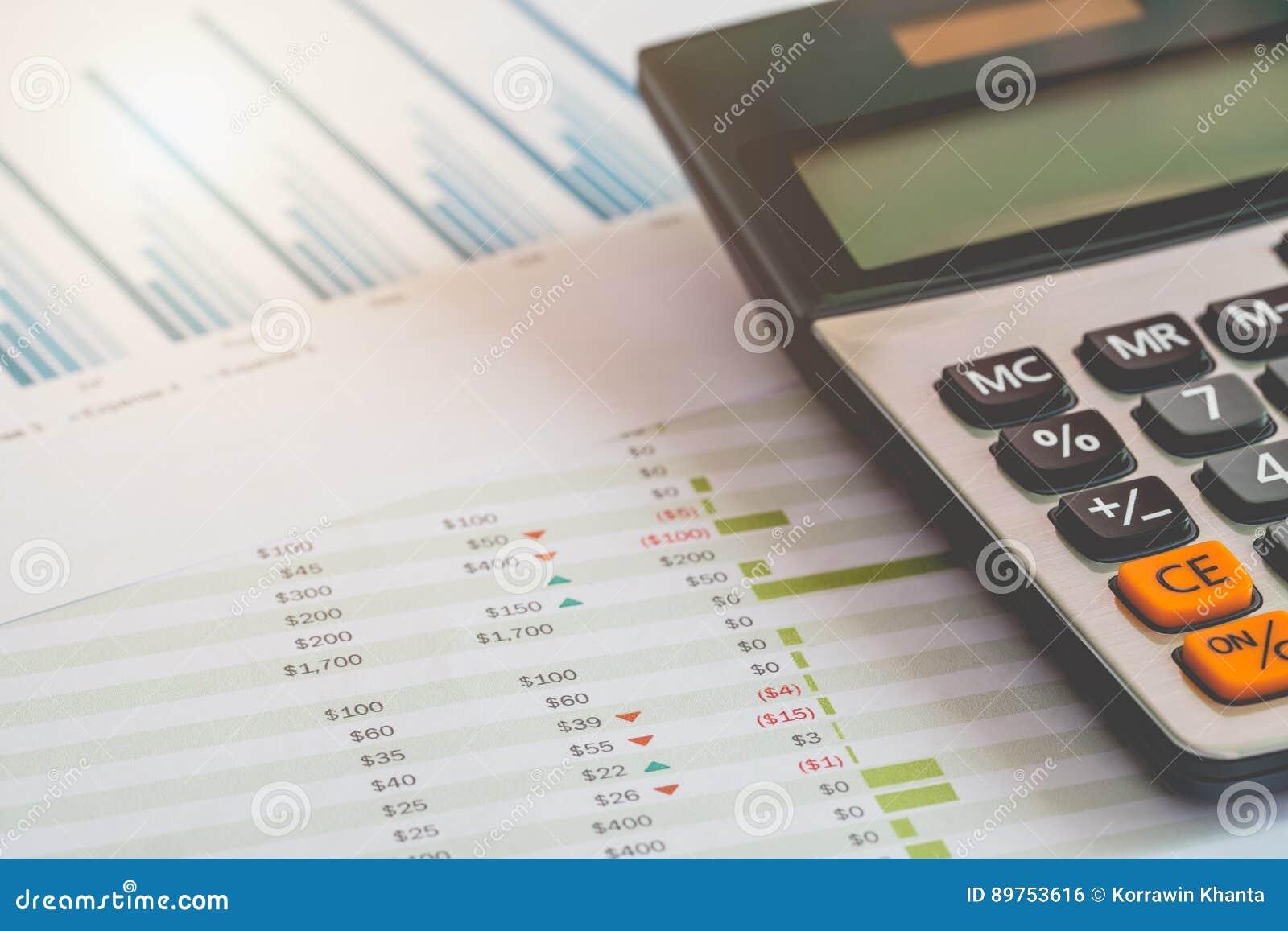 Concepto de la gestión financiera, calculadora y muchos documentos del presupuesto personal con un ordenador portátil en la tabla