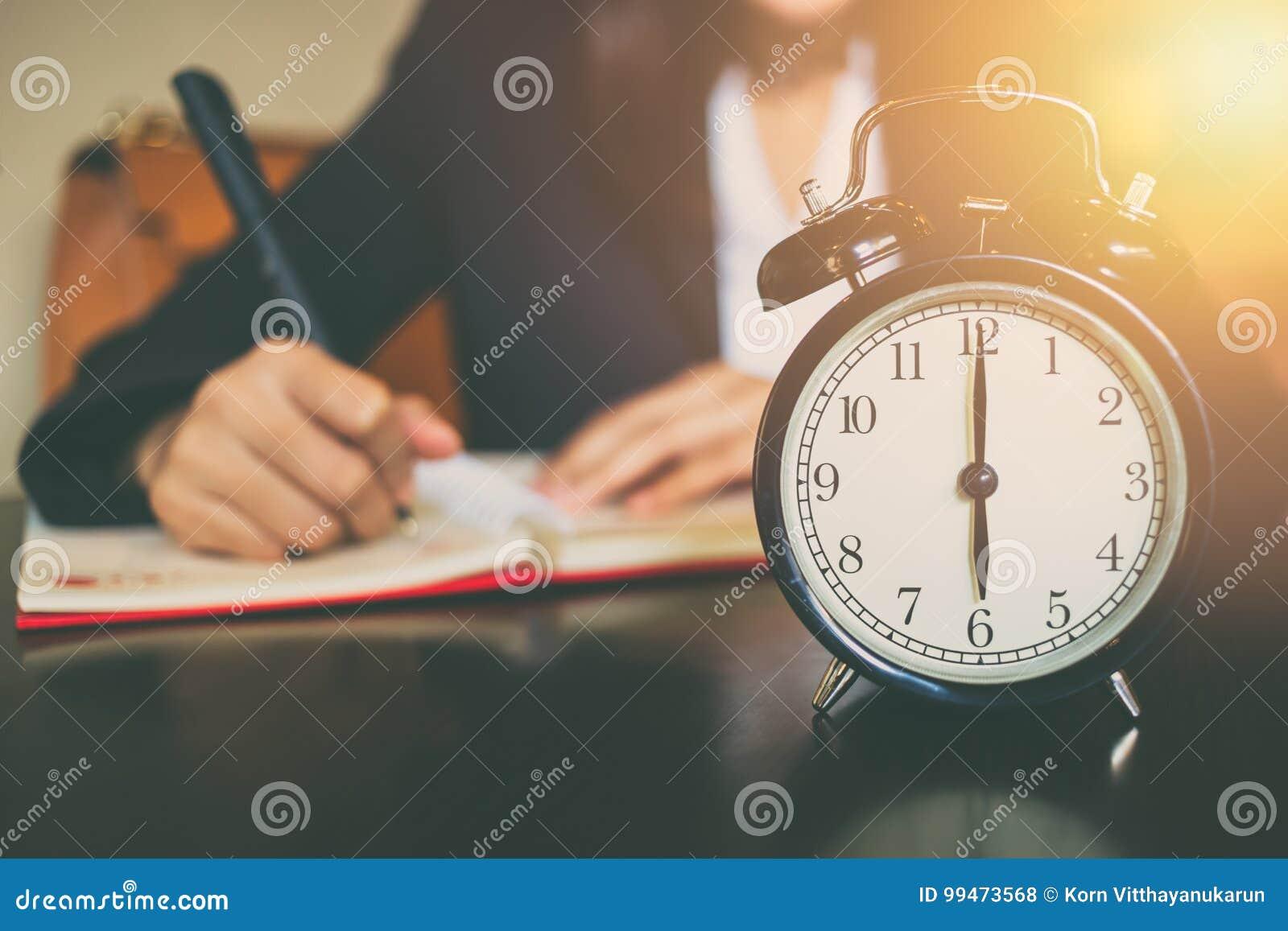 Concepto de la hora laborable del negocio reloj del ` de la mañana 6 o