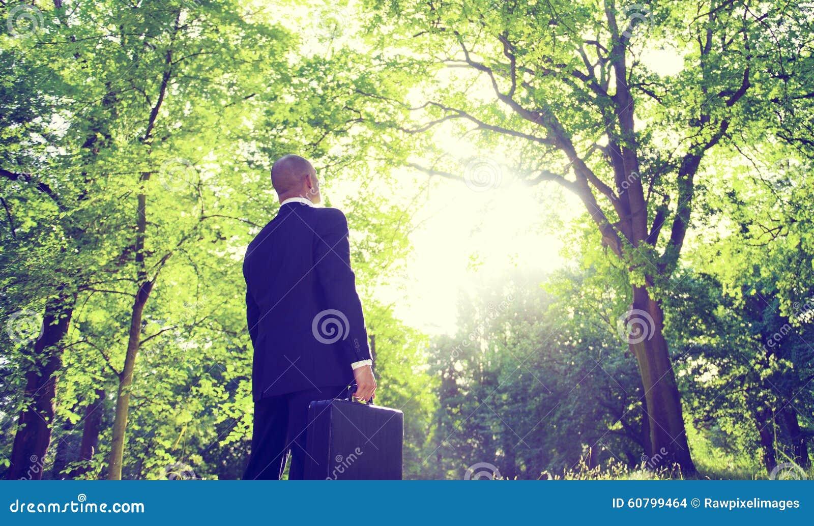 Concepto de la inspiración de Alone Nature Relaxation del hombre de negocios