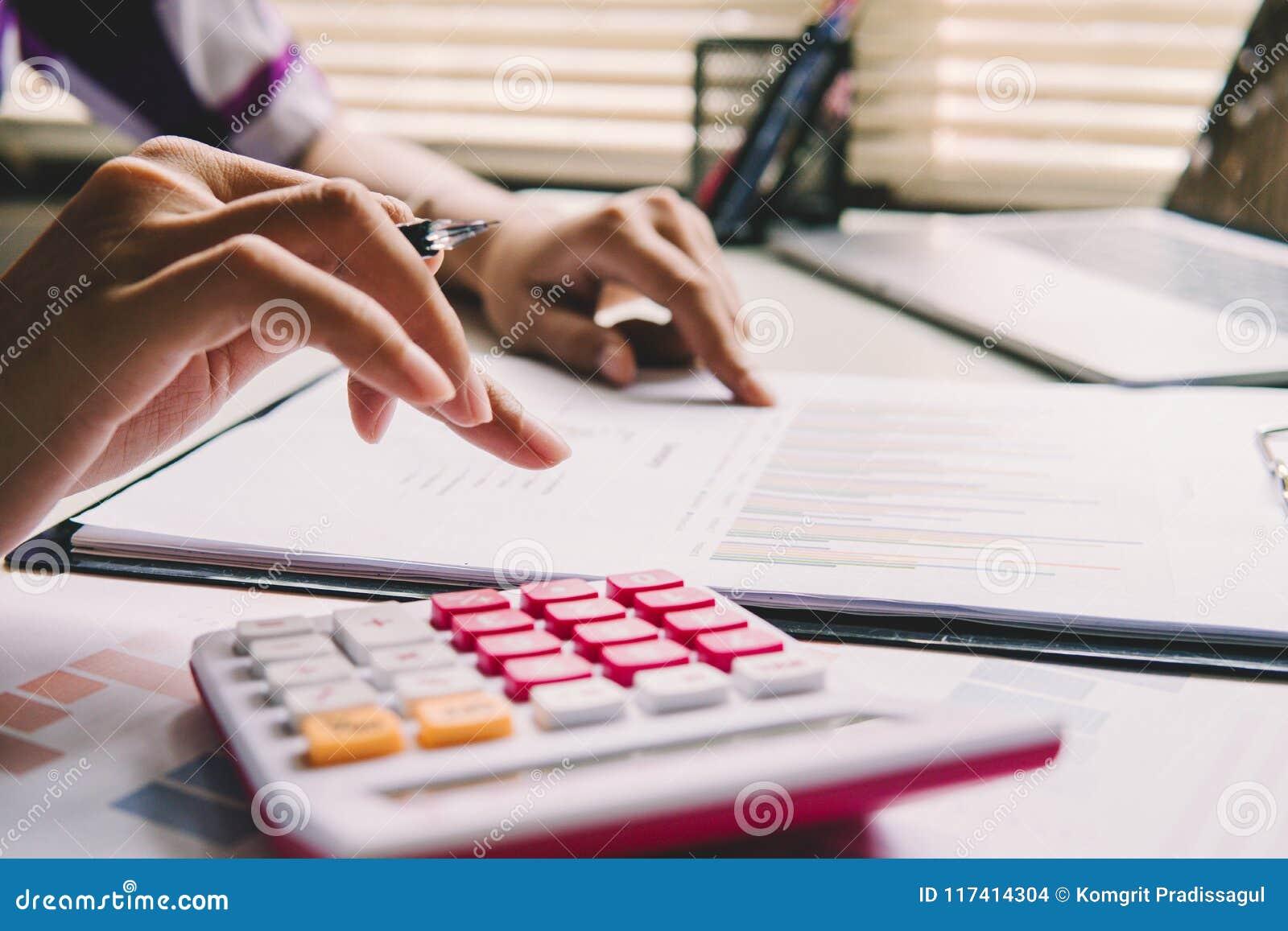 Concepto de la investigación y desarrollo del laboratorio Cerrado encima de la mujer que calcula sobre informe de las finanzas en