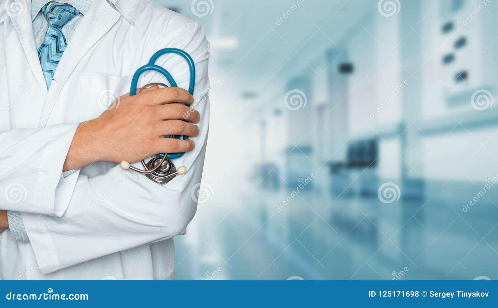 Concepto de la medicina y de la atención sanitaria Doctor con el estetoscopio en la clínica, primer