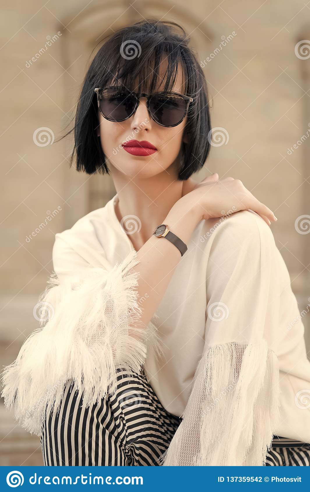 Concepto de la moda de la calle Retrato de la mujer hermosa joven elegante Edificios de París como fondo, Francia