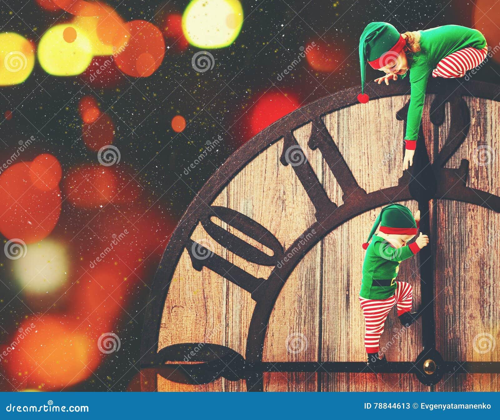 Concepto de la Navidad Pequeño ayudante del duende dos de Papá Noel