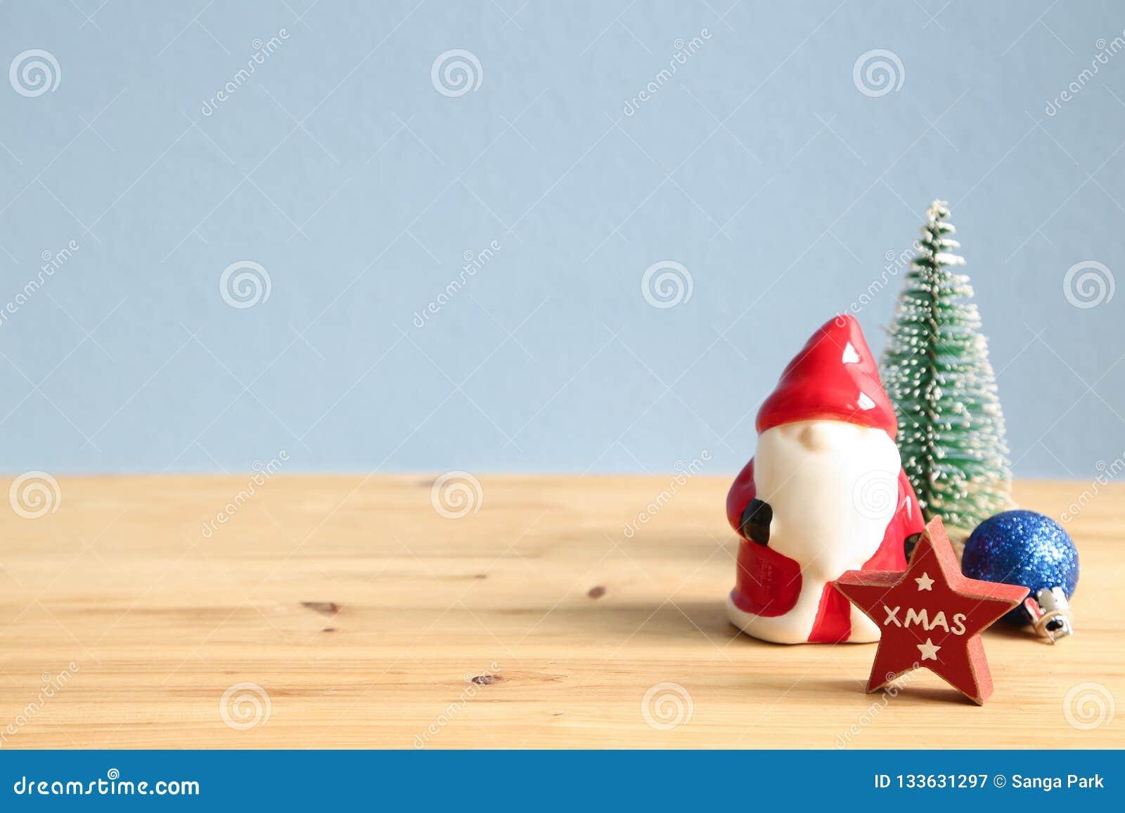 Concepto de la Navidad Santa Claus, chuchería, árbol de pino, ornamento de la estrella en la tabla de madera