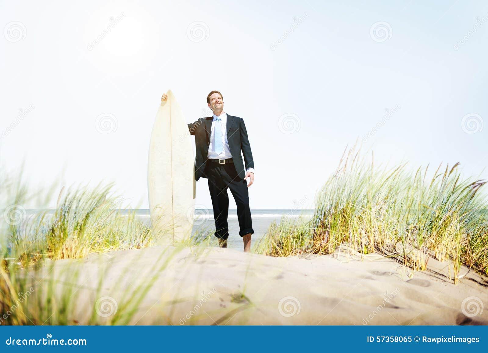 Concepto de la playa de Relaxation Surfing Summer del hombre de negocios
