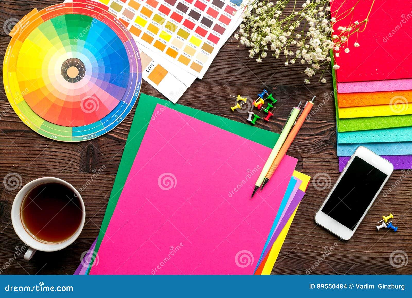 Concepto de la profesión con las herramientas del diseñador en la opinión superior del fondo del escritorio del trabajo