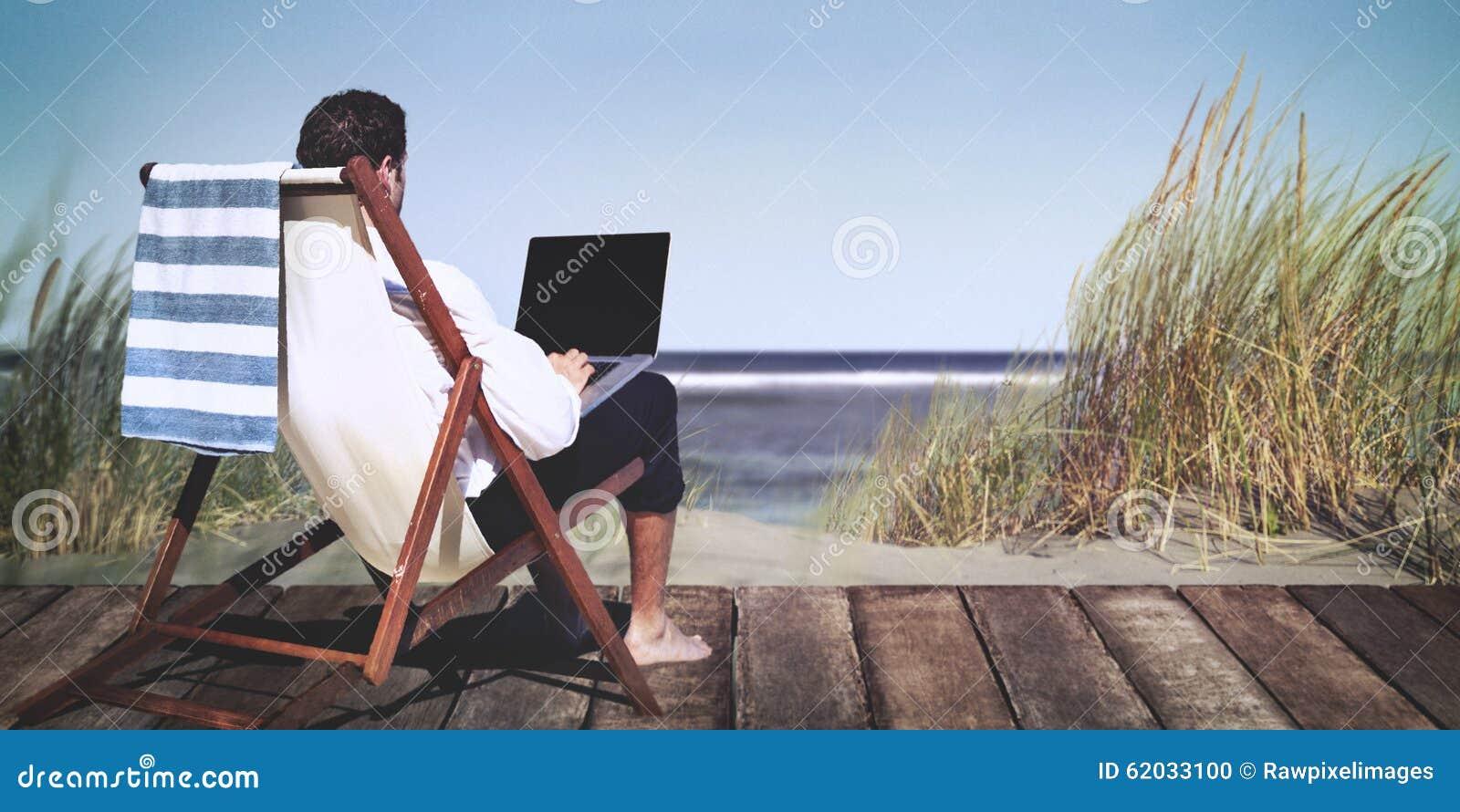 Concepto de la relajación de Working Summer Beach del hombre de negocios