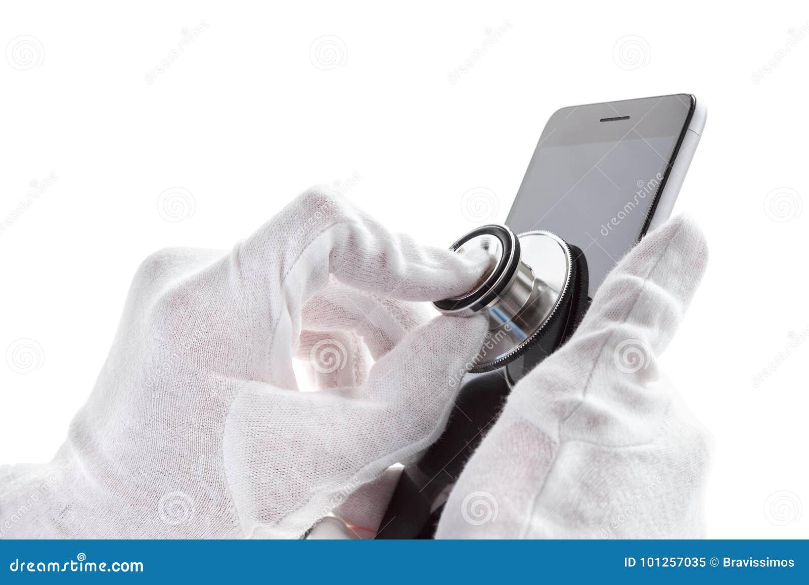 Concepto de la reparación y del servicio del teléfono Diagnósticos de Smartphone con un estetoscopio Aislado en blanco