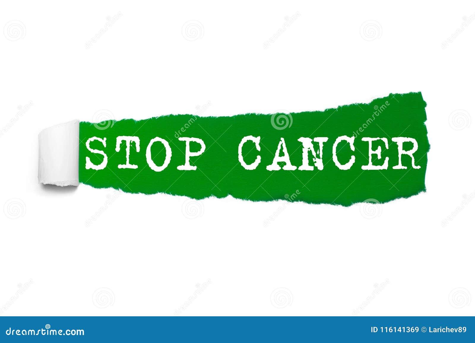 Concepto de la salud: CÁNCER blanco de la PARADA del texto bajo pedazo encrespado de papel rasgado verde Palabra del cáncer detrá