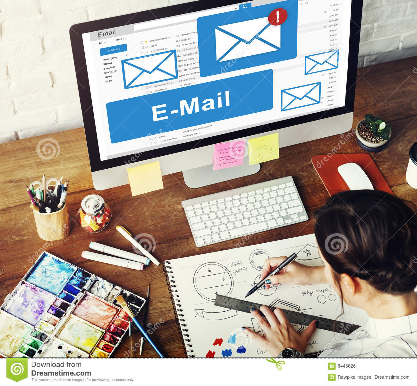 Concepto de la tecnología de comunicación de la correspondencia del email