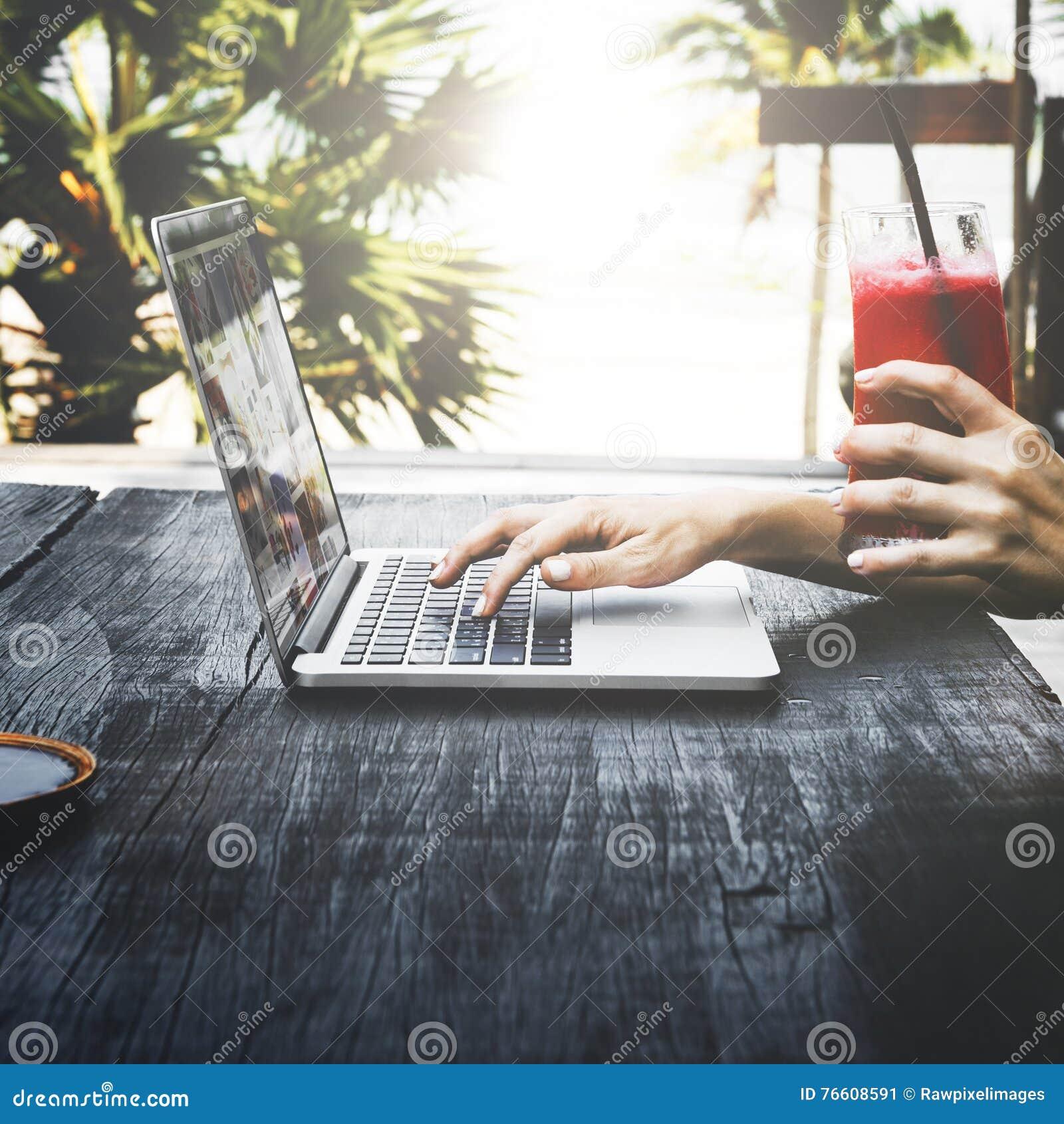 Concepto de la tecnología del ordenador portátil de las vacaciones de las vacaciones de verano de la playa que viaja