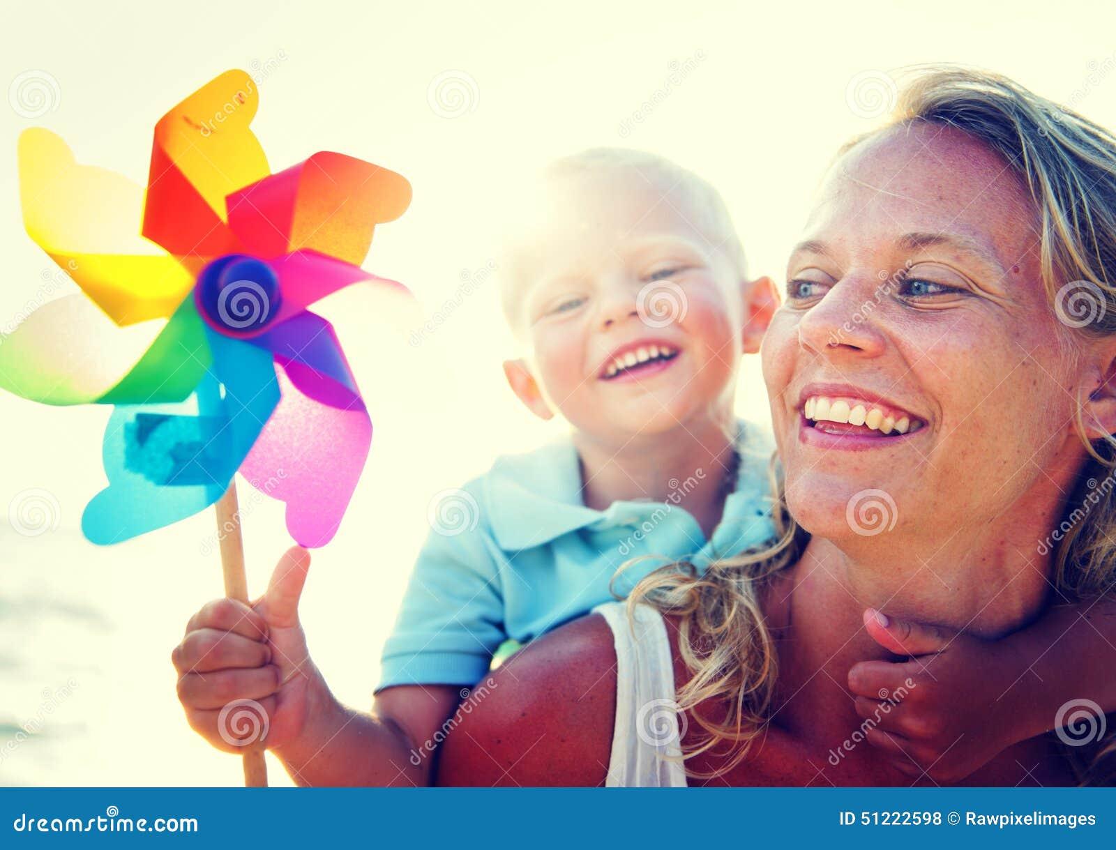 Concepto de la vinculación de la familia de la relajación de la diversión del hijo de la madre