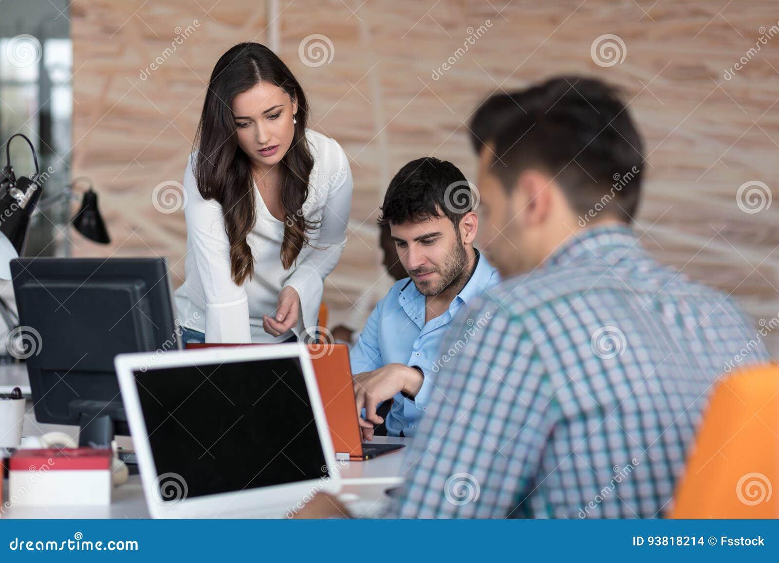 Concepto de lanzamiento de la reunión de reflexión del trabajo en equipo de la diversidad