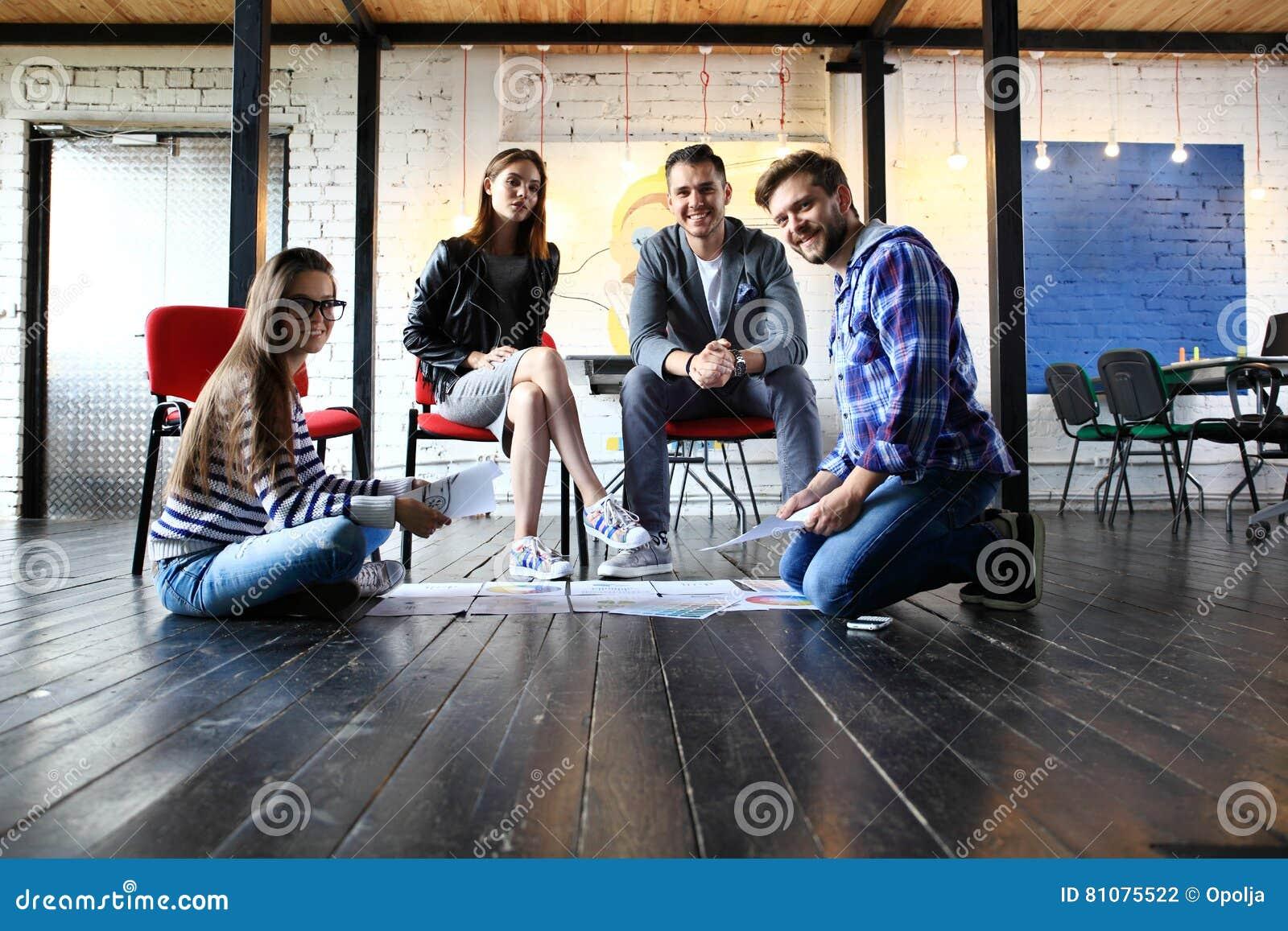 Concepto de lanzamiento de la reunión de reflexión del trabajo en equipo de la diversidad Ordenador portátil de Team Coworker Glo