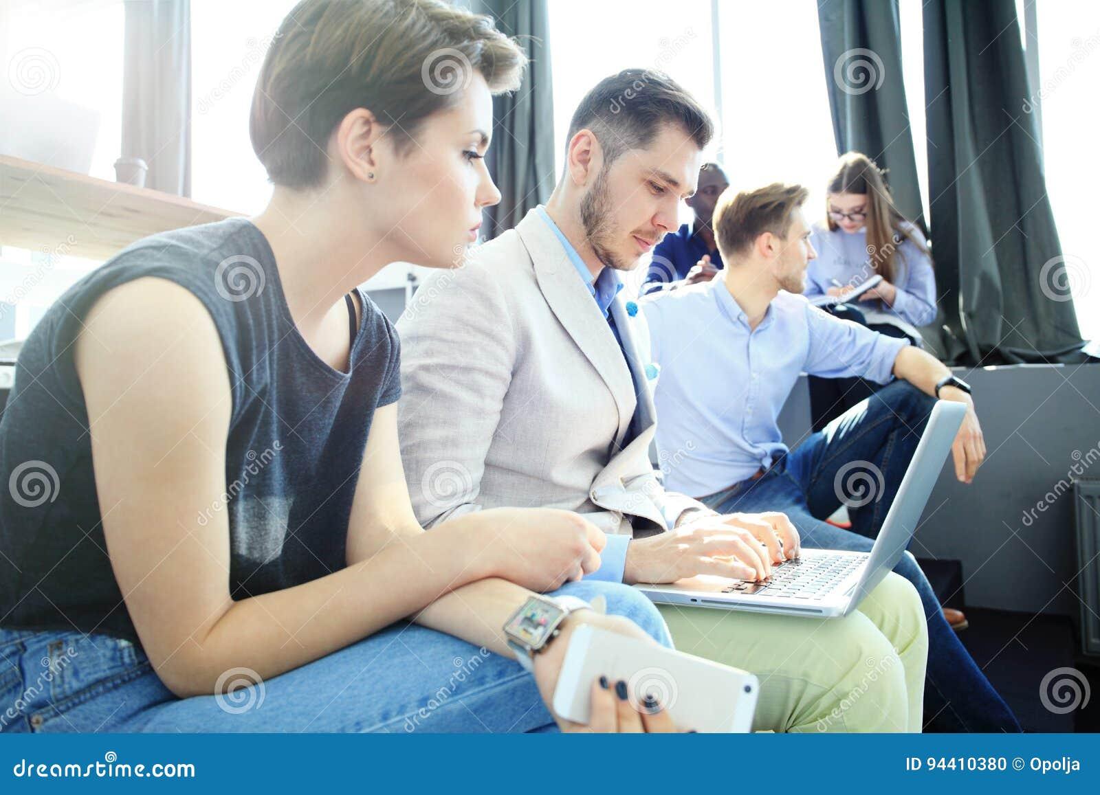 Concepto de lanzamiento de la reunión de reflexión del trabajo en equipo de la diversidad Ordenador portátil de Team Coworkers An
