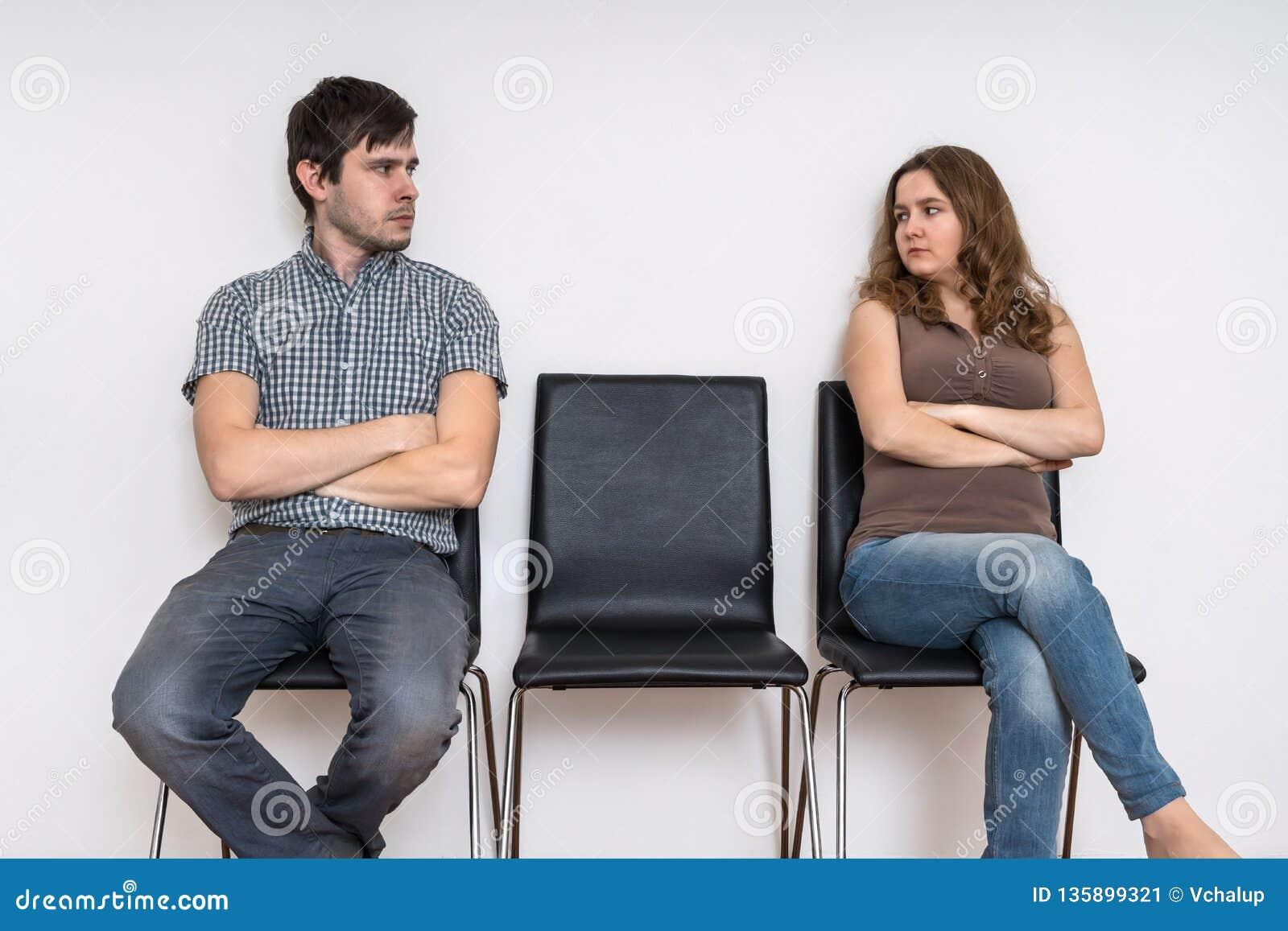 Concepto de las dificultades del divorcio y de la relación Hombre y mujer que se sientan en sillas y que miran uno a