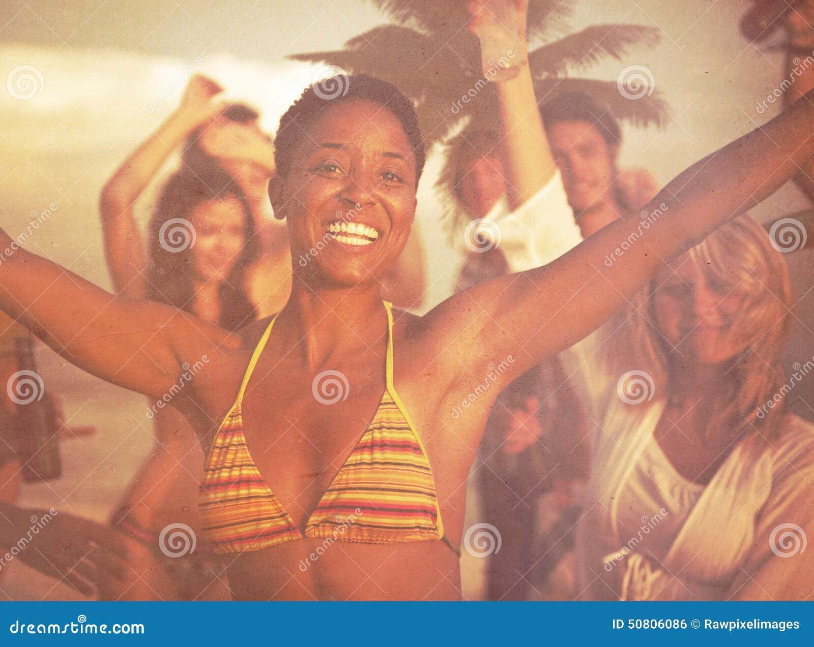 Concepto de las vacaciones de las vacaciones de verano del partido de la playa de la celebración de la gente
