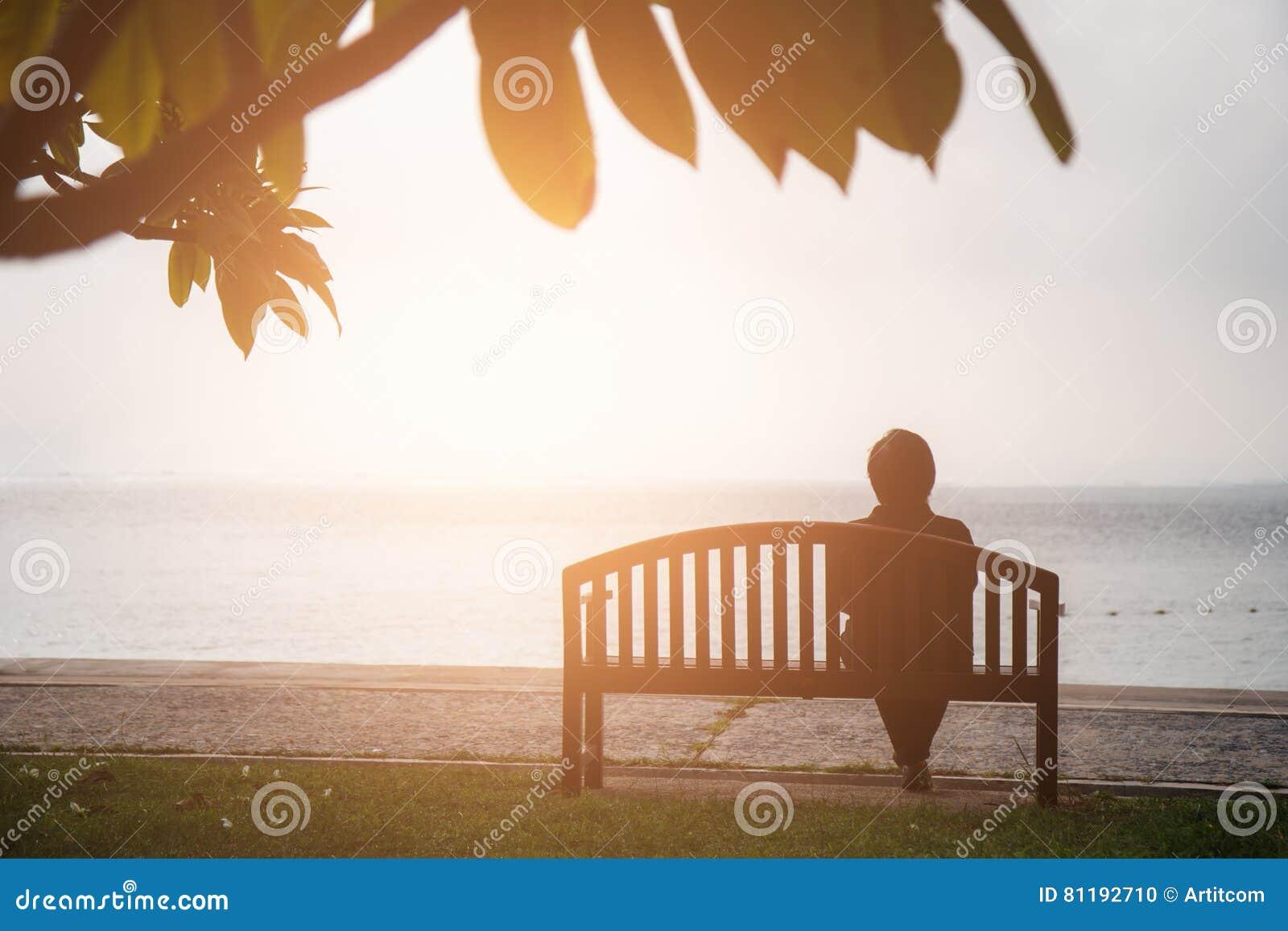 Concepto de las vacaciones del retiro el sentarse jubilado mujeres solamente en chai