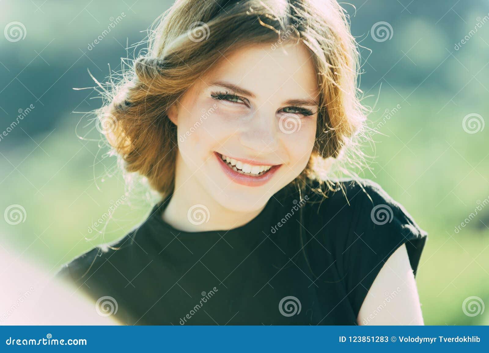 Concepto de los dientes La muchacha disfruta de belleza de la sonrisa sana de los dientes Mujer feliz que sonríe con los dientes