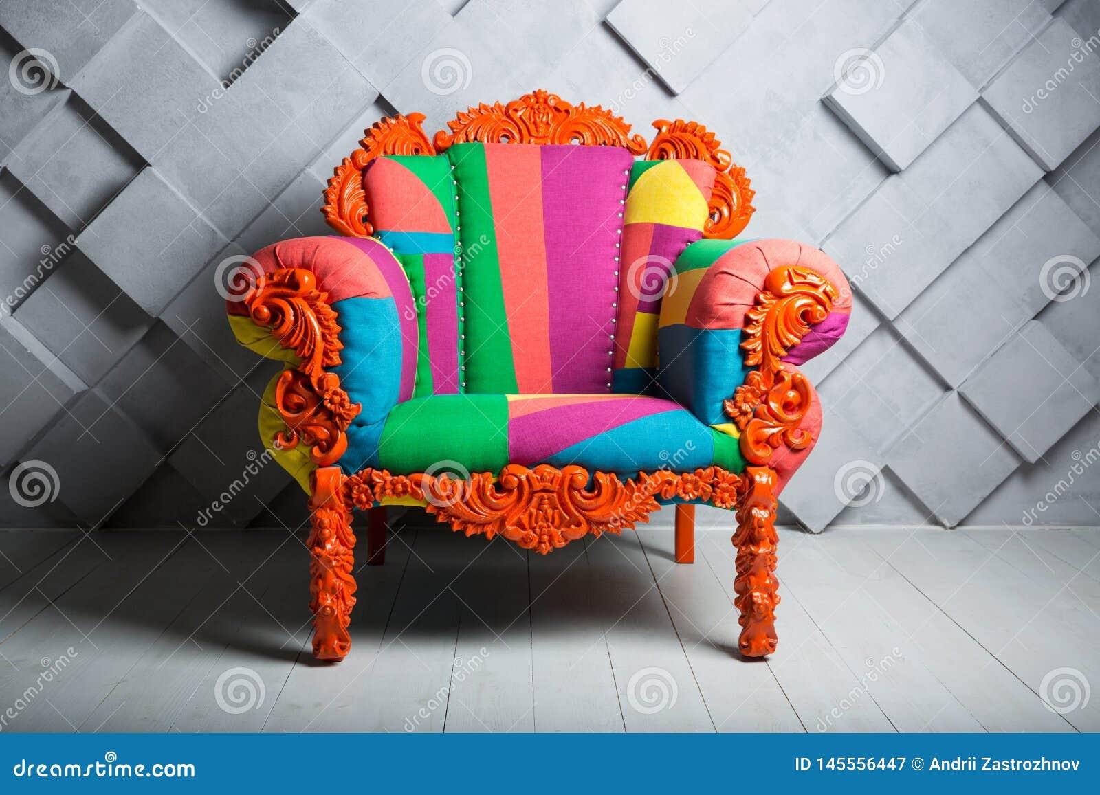 Concepto de lujo y de éxito con la butaca coloreada multi del terciopelo, oferta de empleo