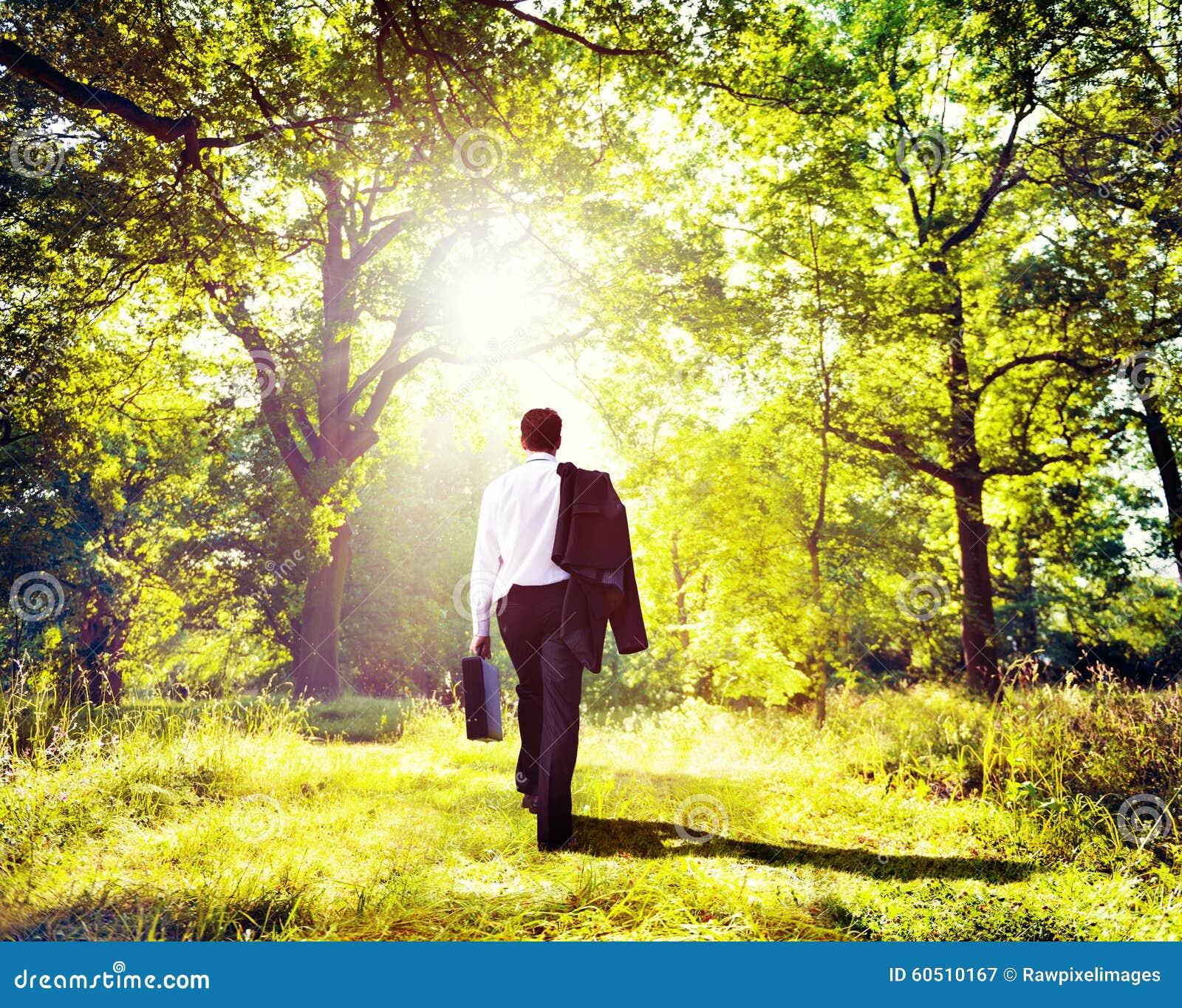 Concepto de maderas de Walking Outdoors Nature del hombre de negocios