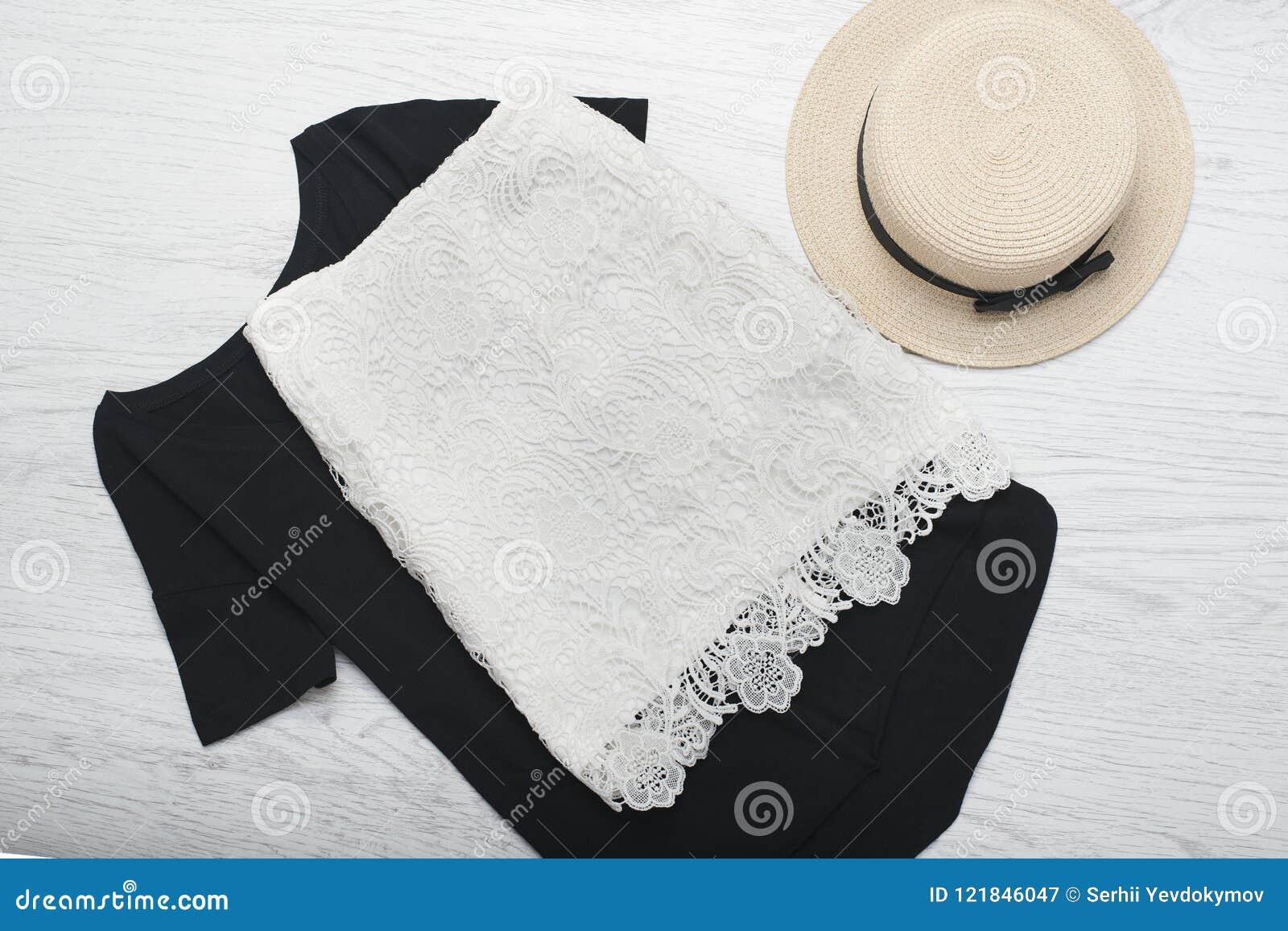 24e11b5ce7 Concepto de moda Ropa de verano femenina Sombrero de paja y falda del cordón  en una camiseta negra Visión superior
