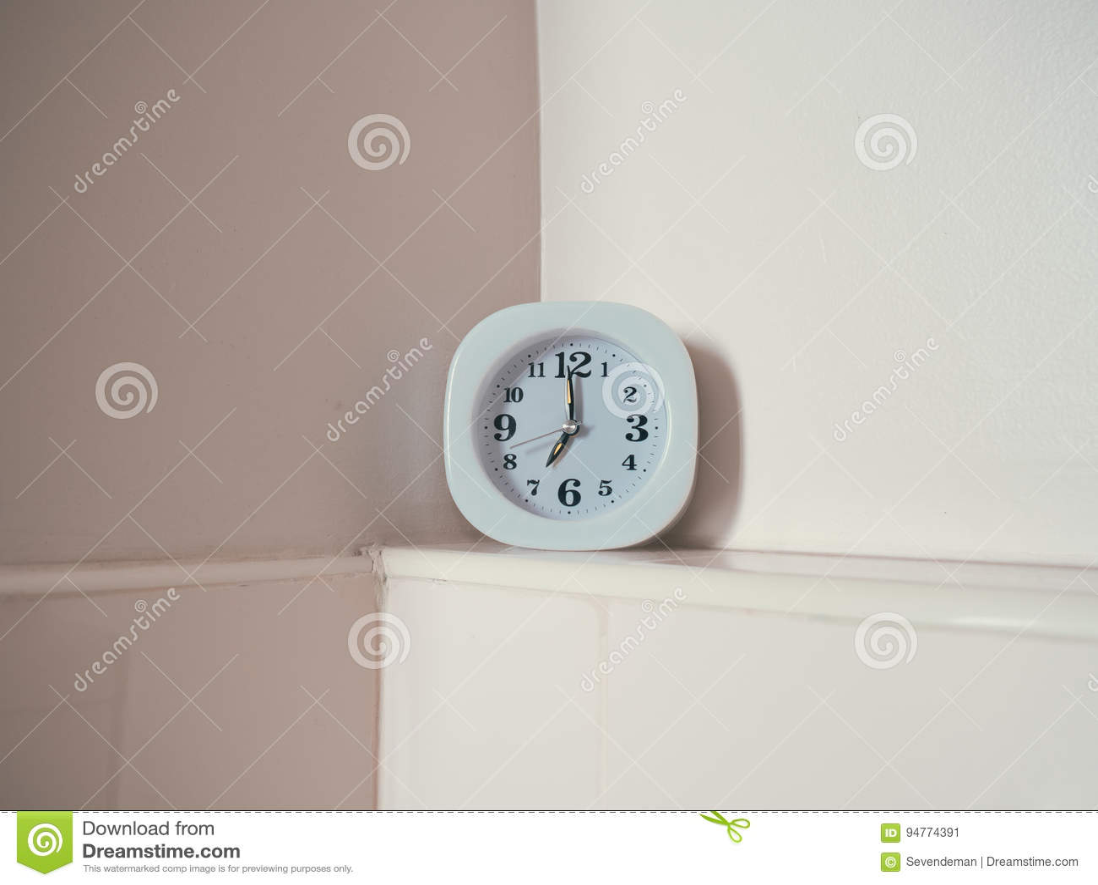 Concepto De Rutina De La Vida Con El Reloj En El Cuarto De Baño