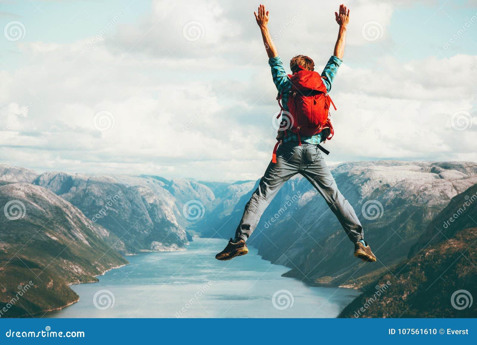 Concepto de salto de la aventura de la forma de vida del viaje del hombre feliz