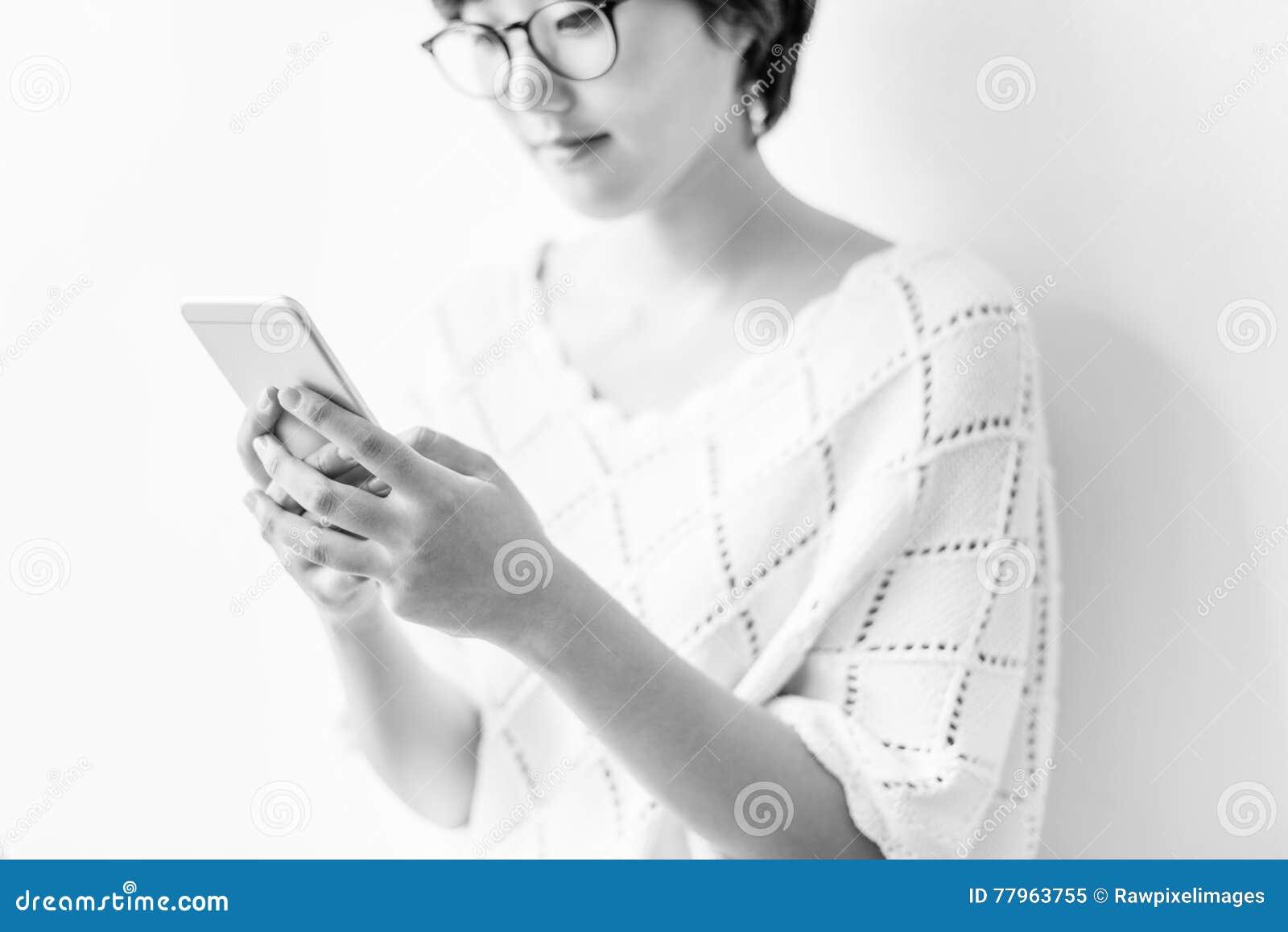 Concepto de señora Using Cellphone Smiling
