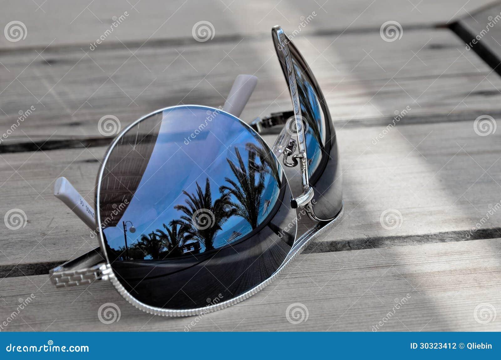 El viajero soña el concepto - reflexión en las gafas de sol