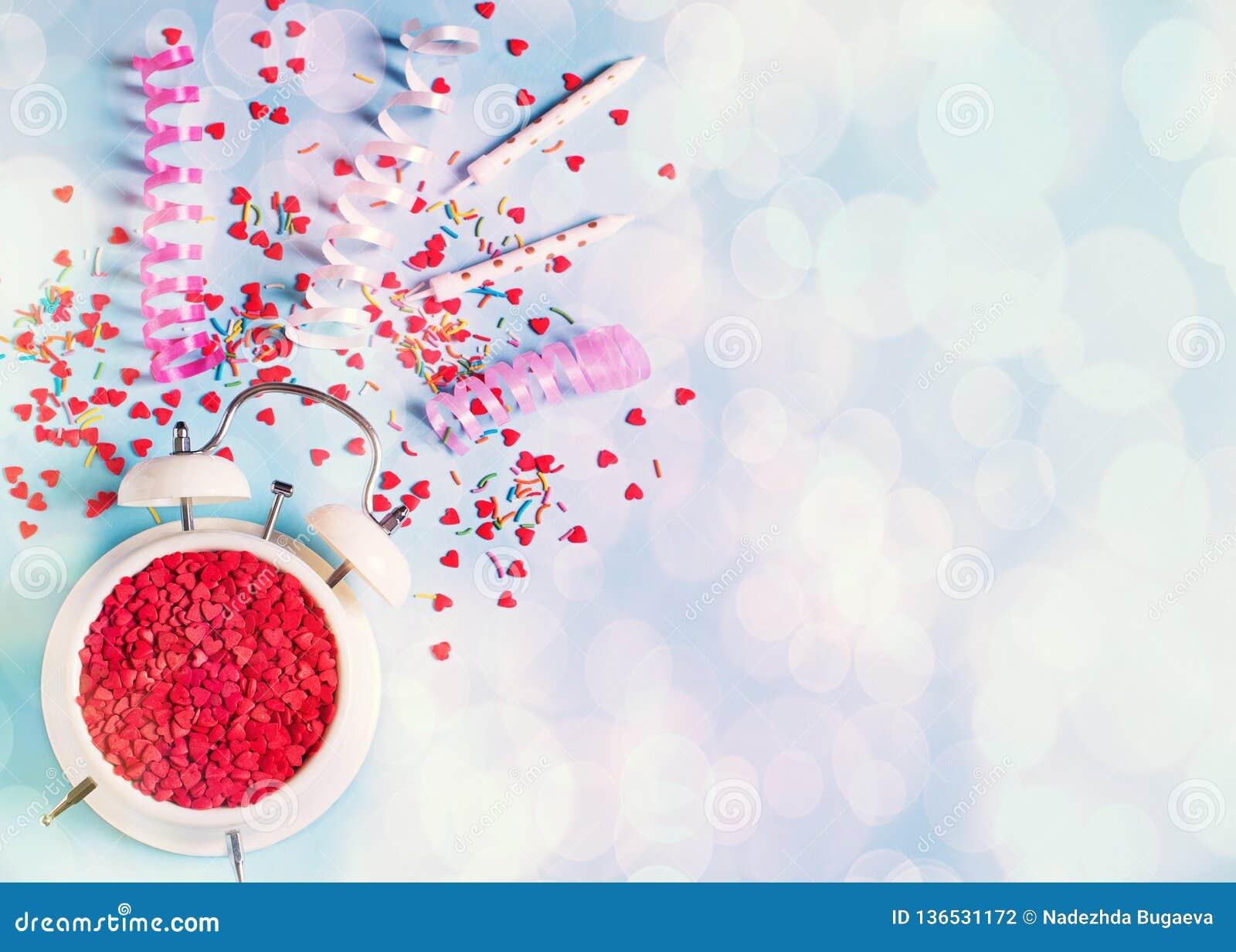 Concepto de tiempo del cumpleaños, de la tarjeta del día de San Valentín y del partido en bakground en colores pastel azul con la