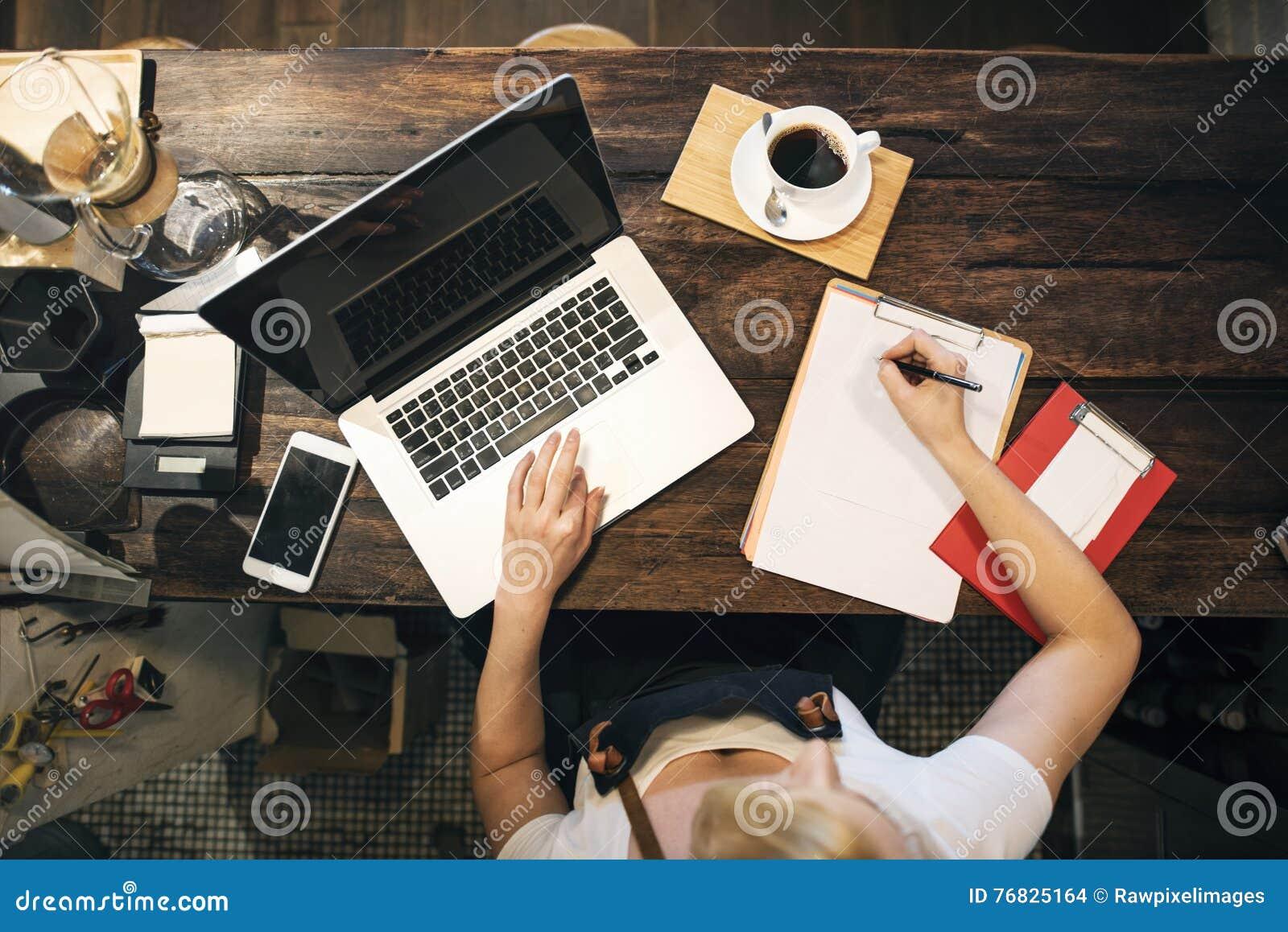 Concepto de trabajo del dueño del ordenador portátil del café del café que ordena