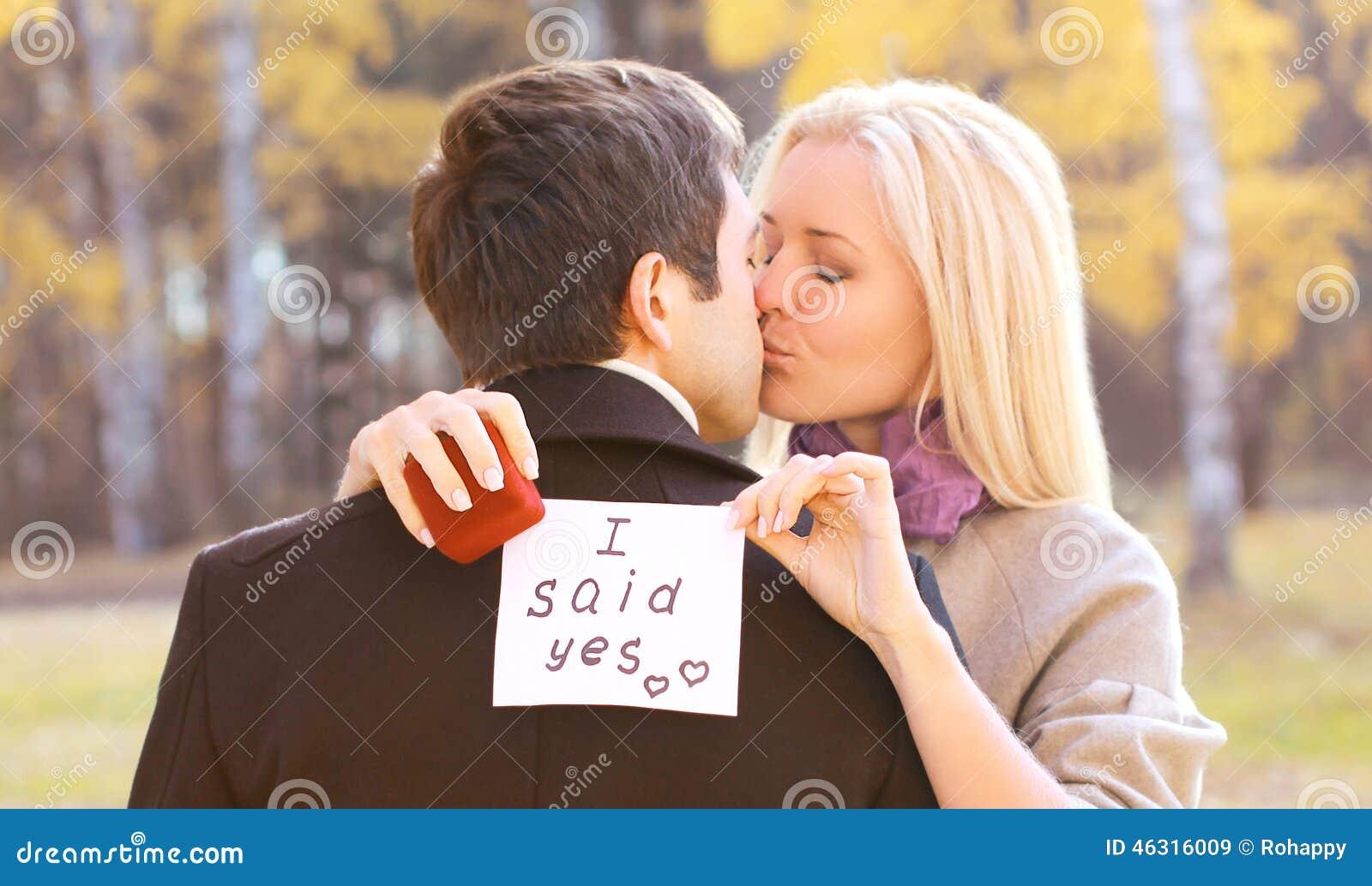 Concepto del amor, de las relaciones, del compromiso y de la boda - oferta