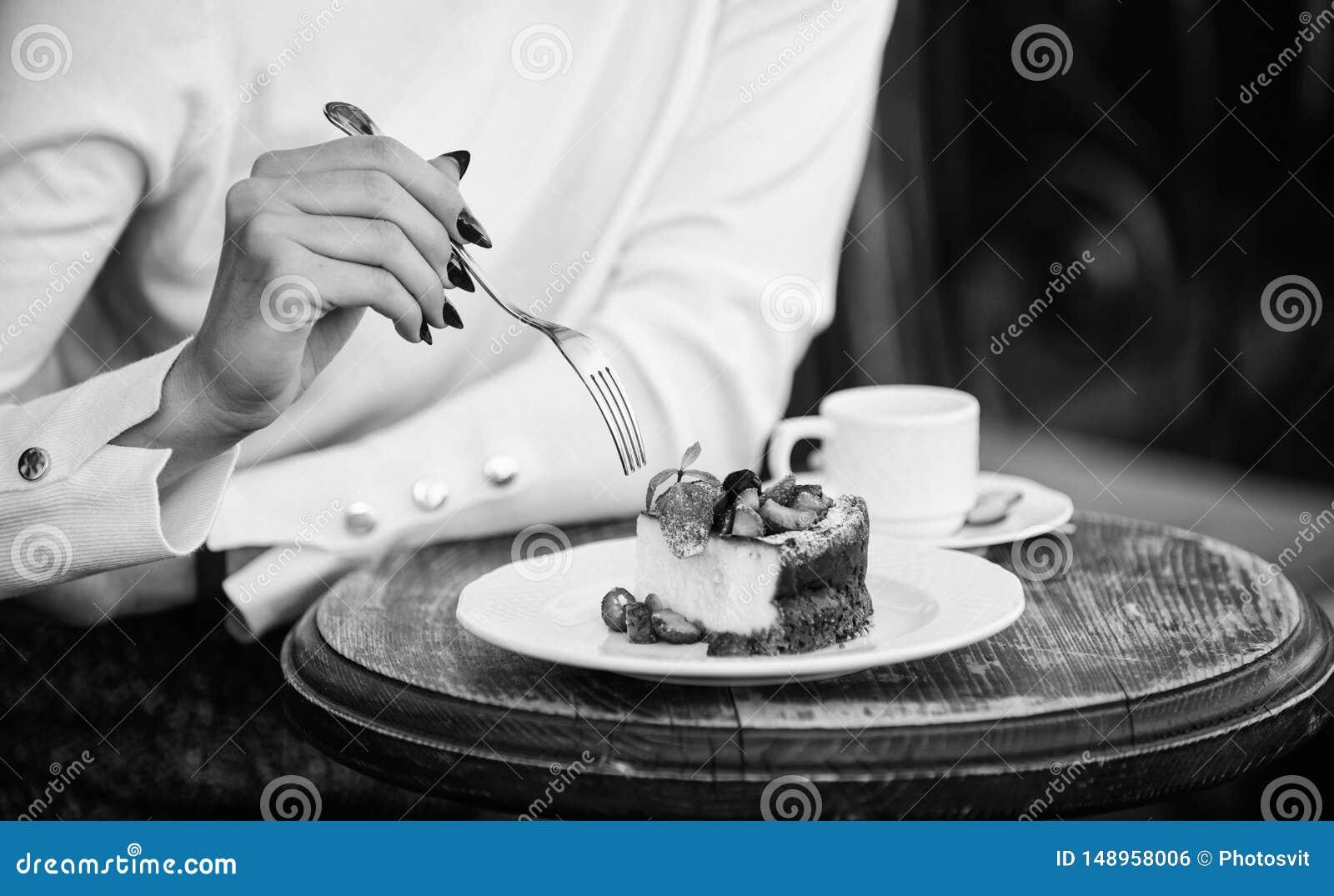 Concepto del apetito Taza de la torta del postre de caf? y de mano femenina con cierre de la bifurcaci?n para arriba Pedazo de to