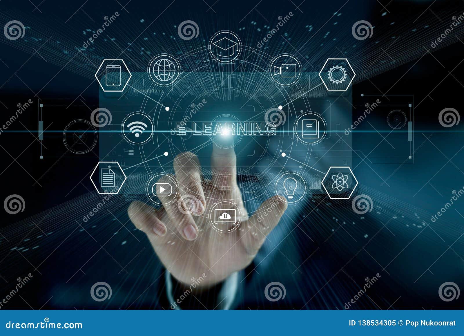 Concepto del aprendizaje electrónico Hombre de negocios que toca el interfaz virtual moderno