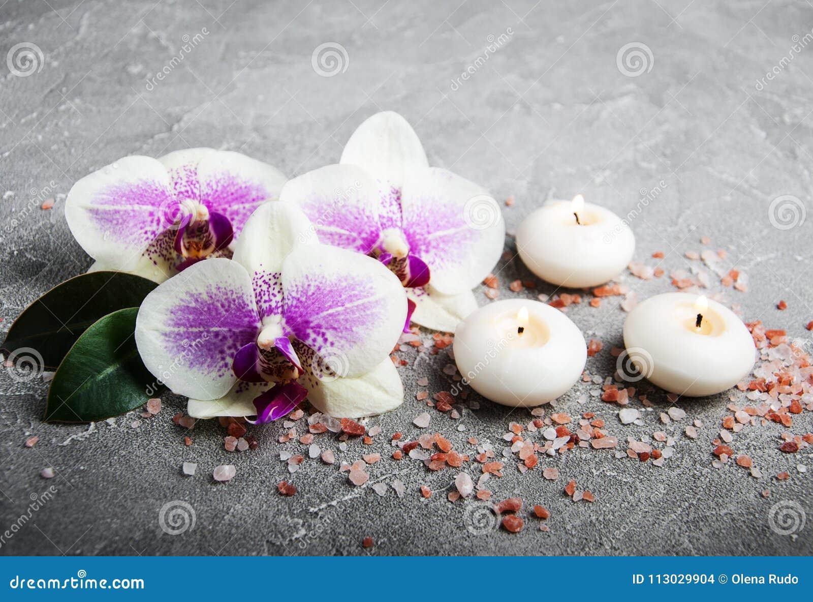 Concepto del balneario con las flores de la orquídea