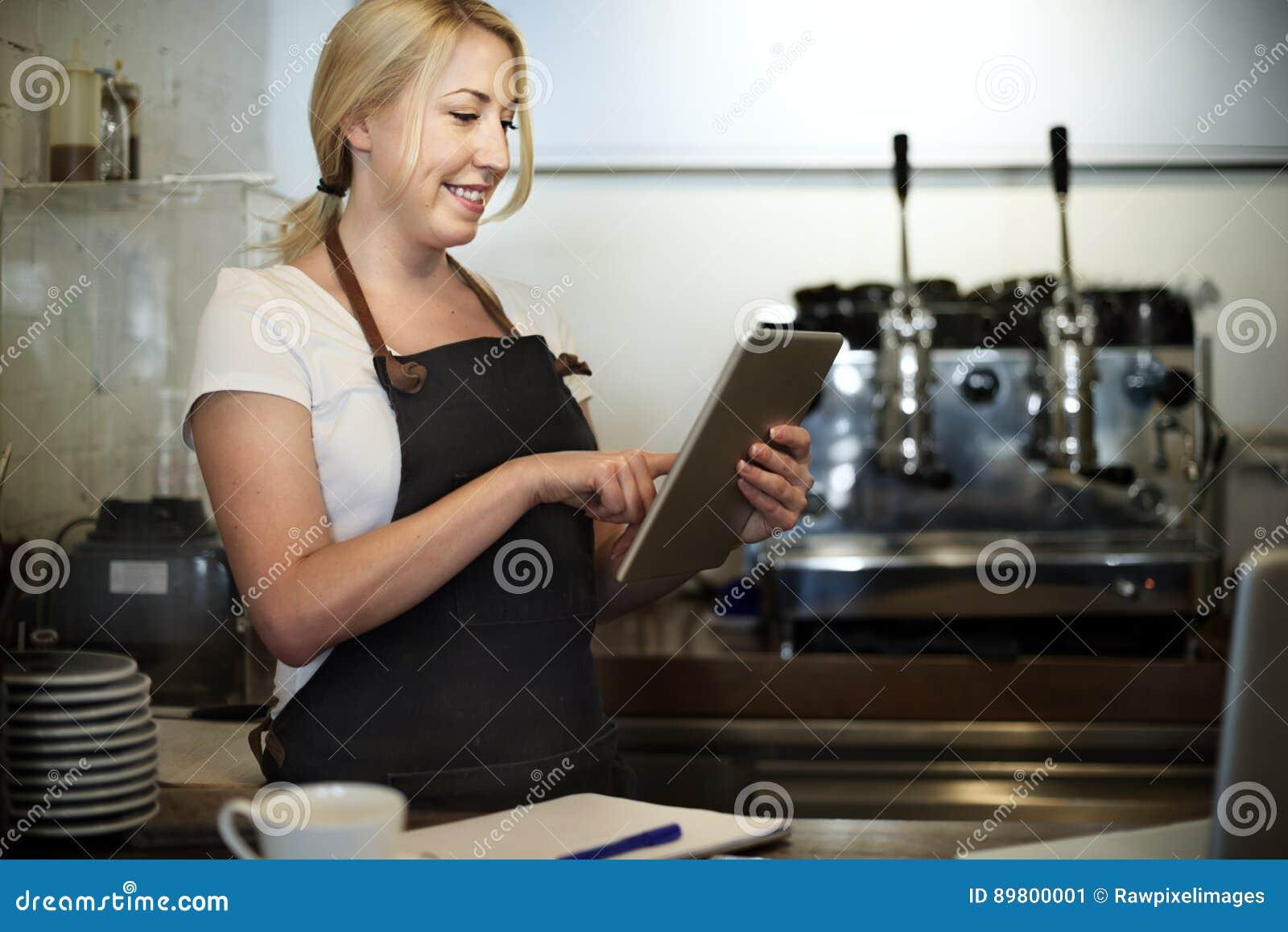 Concepto del café del servicio de atención al cliente del personal de servicio de la porción