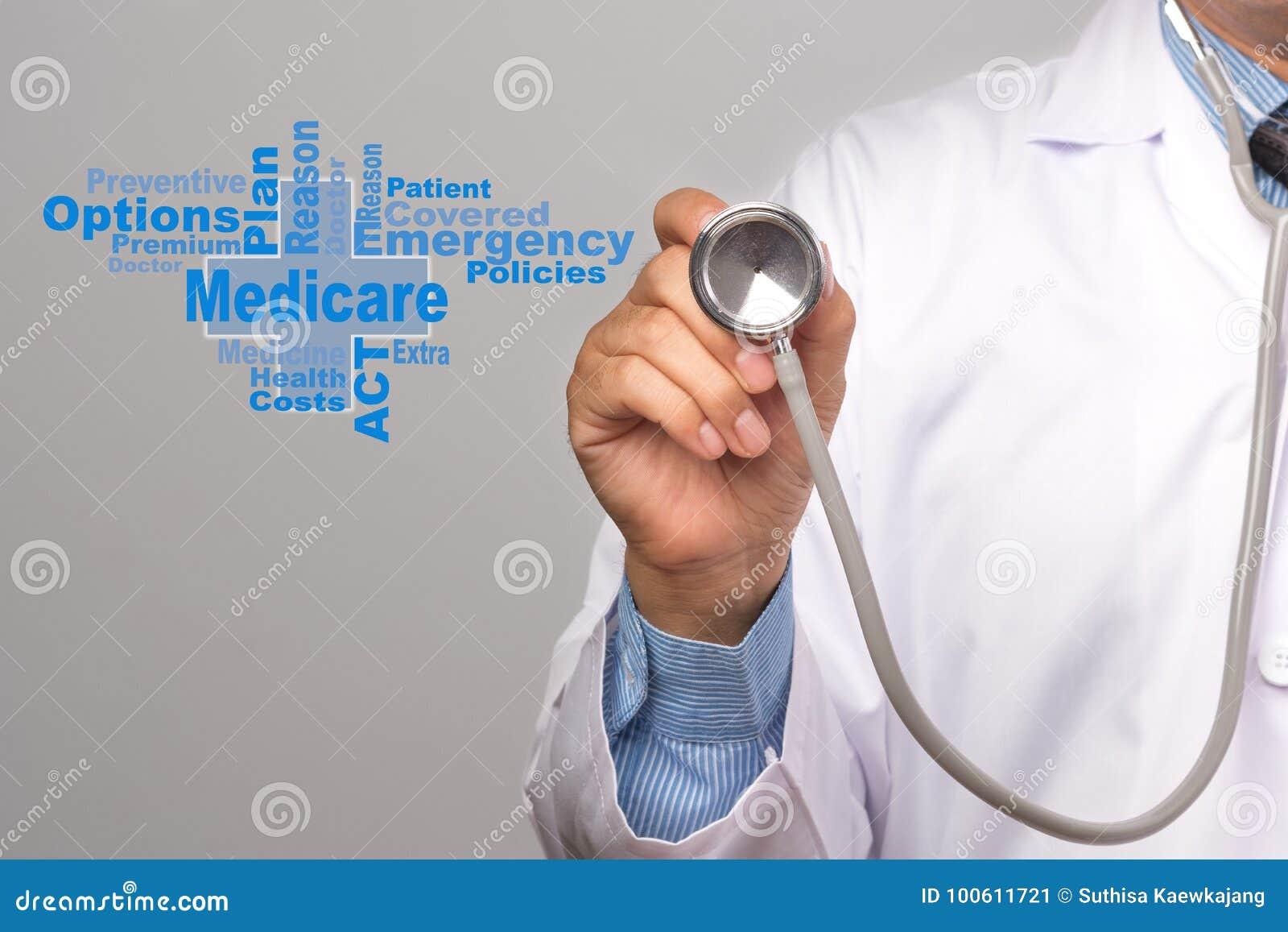 Concepto del cuidado médico Doctor que lleva a cabo un estetoscopio y un seguro de enfermedad w