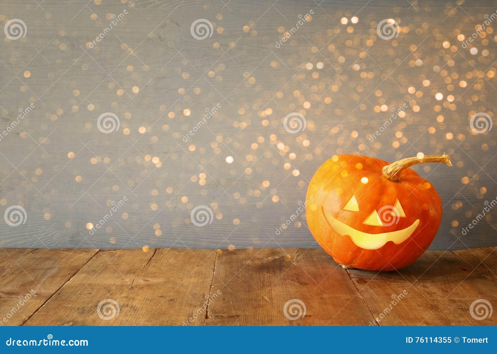 Concepto del día de fiesta de Halloween Calabaza linda en la tabla de madera